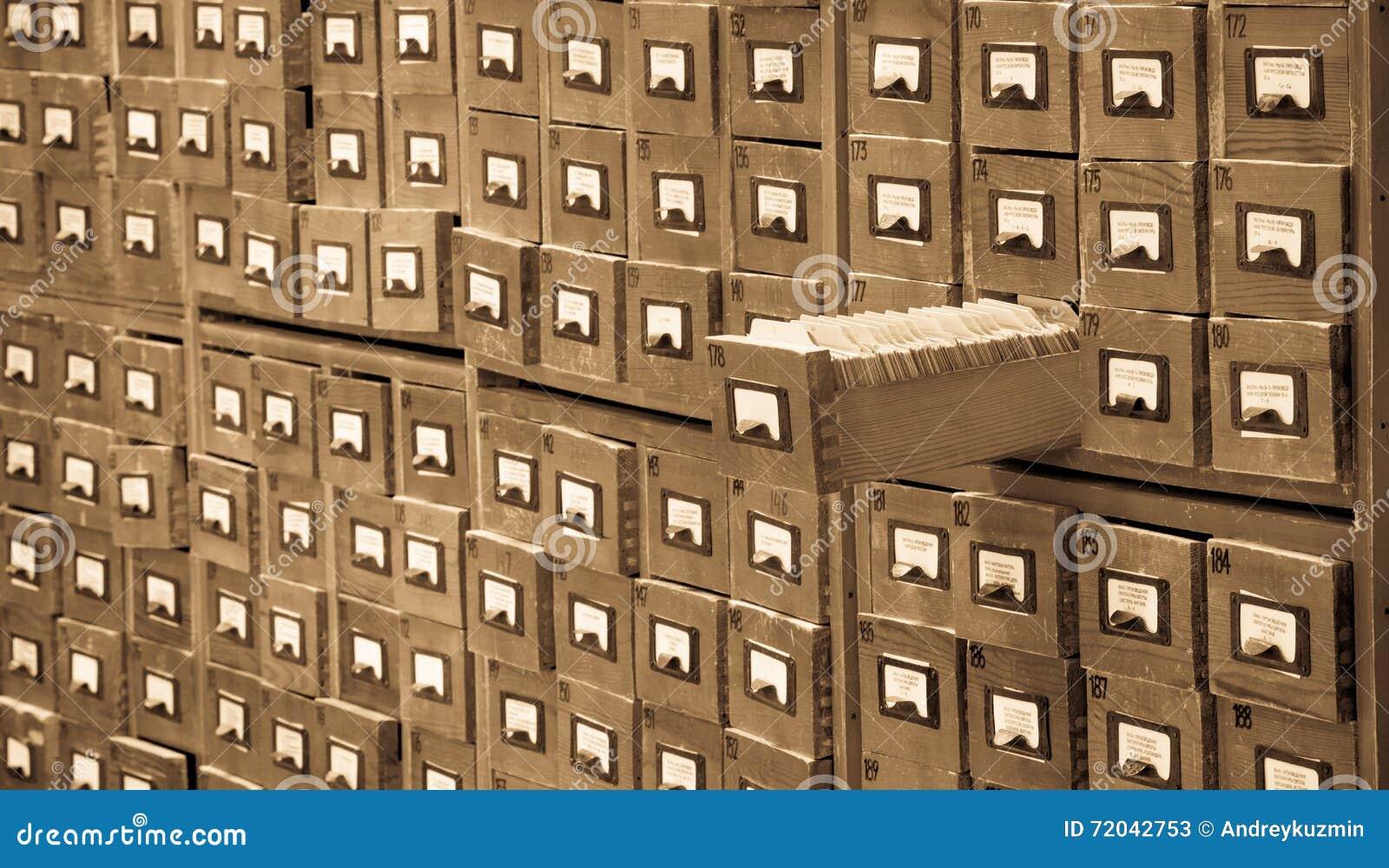 Il vecchio catalogo di riferimento dell archivio o delle biblioteche con uno ha aperto il cassetto di carta Concetto del catalogo