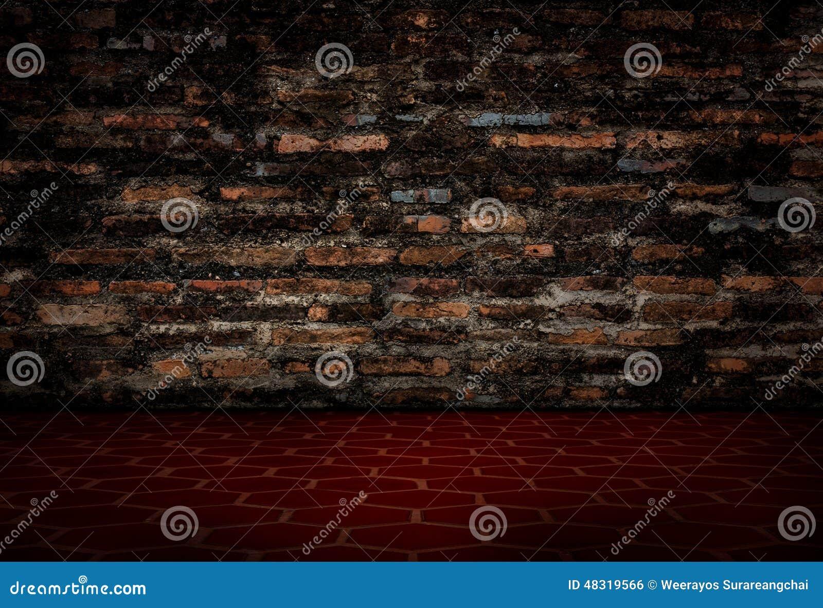 Il vecchio muro di mattoni rosso e le pavimentazioni in piastrelle