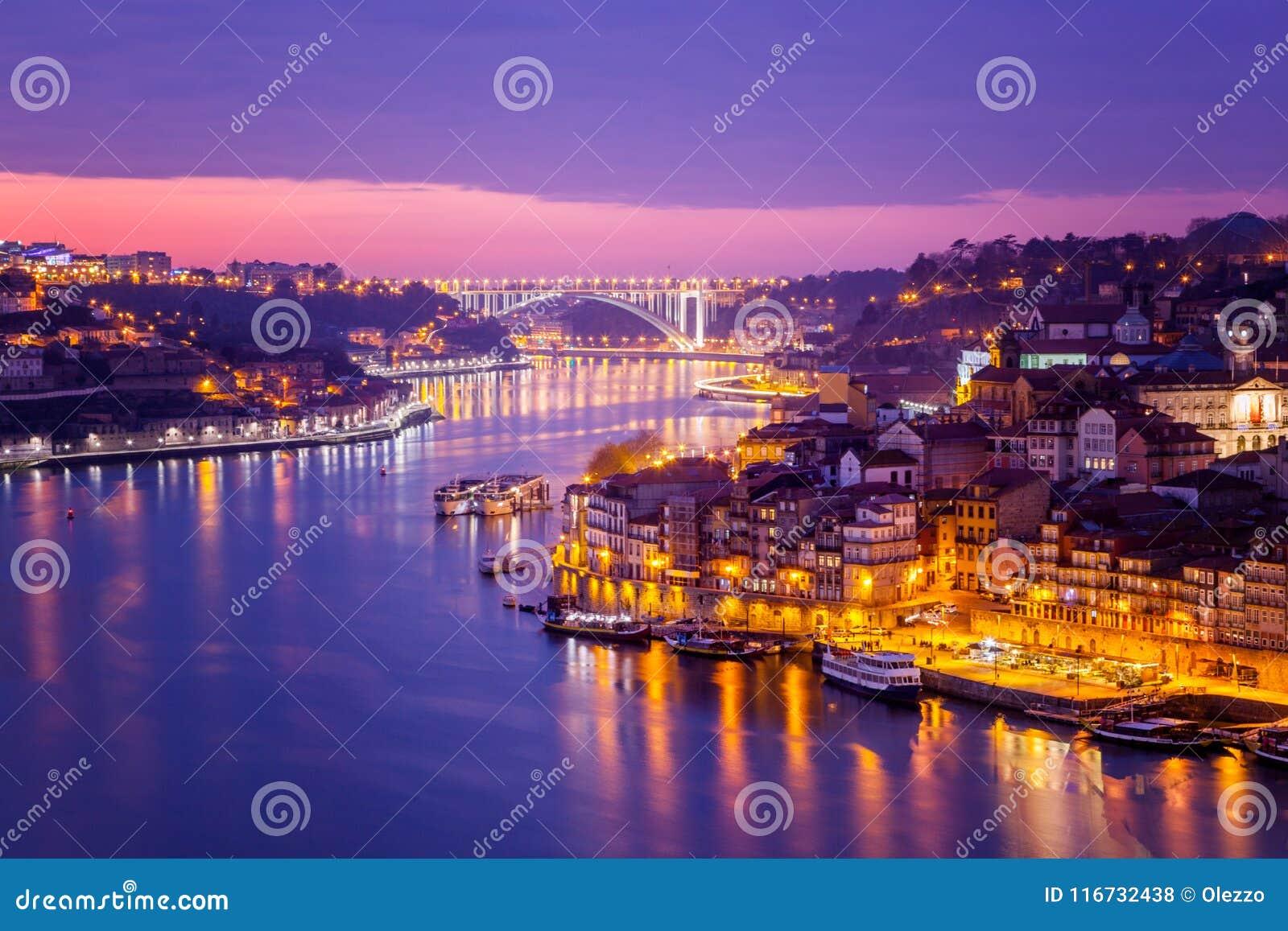 Il vecchio orizzonte della città di Oporto, Portogallo dall altro lato del fiume del Duero, è