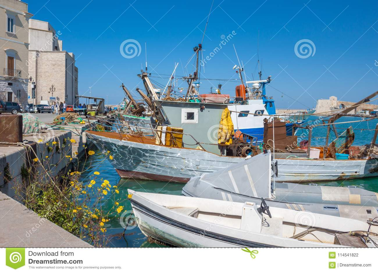 Il vecchio peschereccio ha parcheggiato nel porto italiano della città