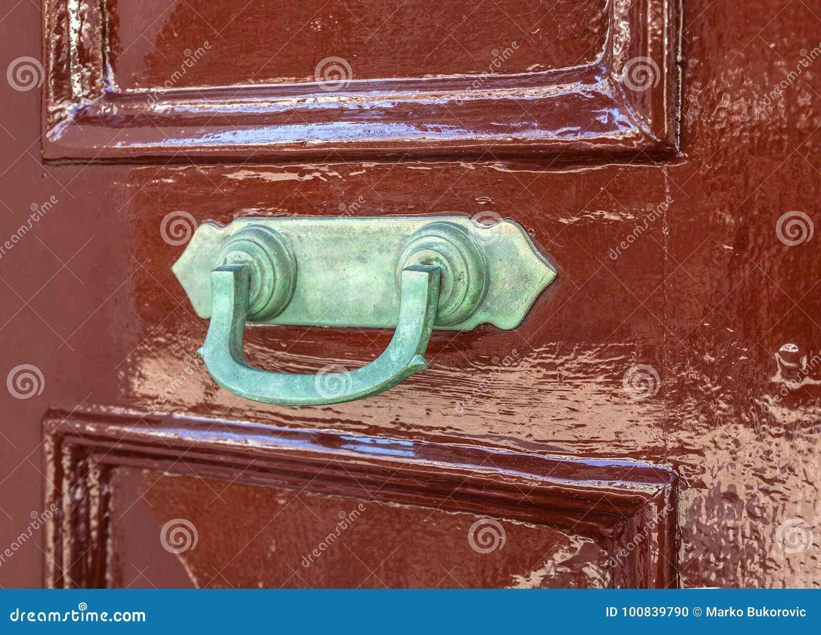 Il vecchio portone arrugginito si aggancia la porta