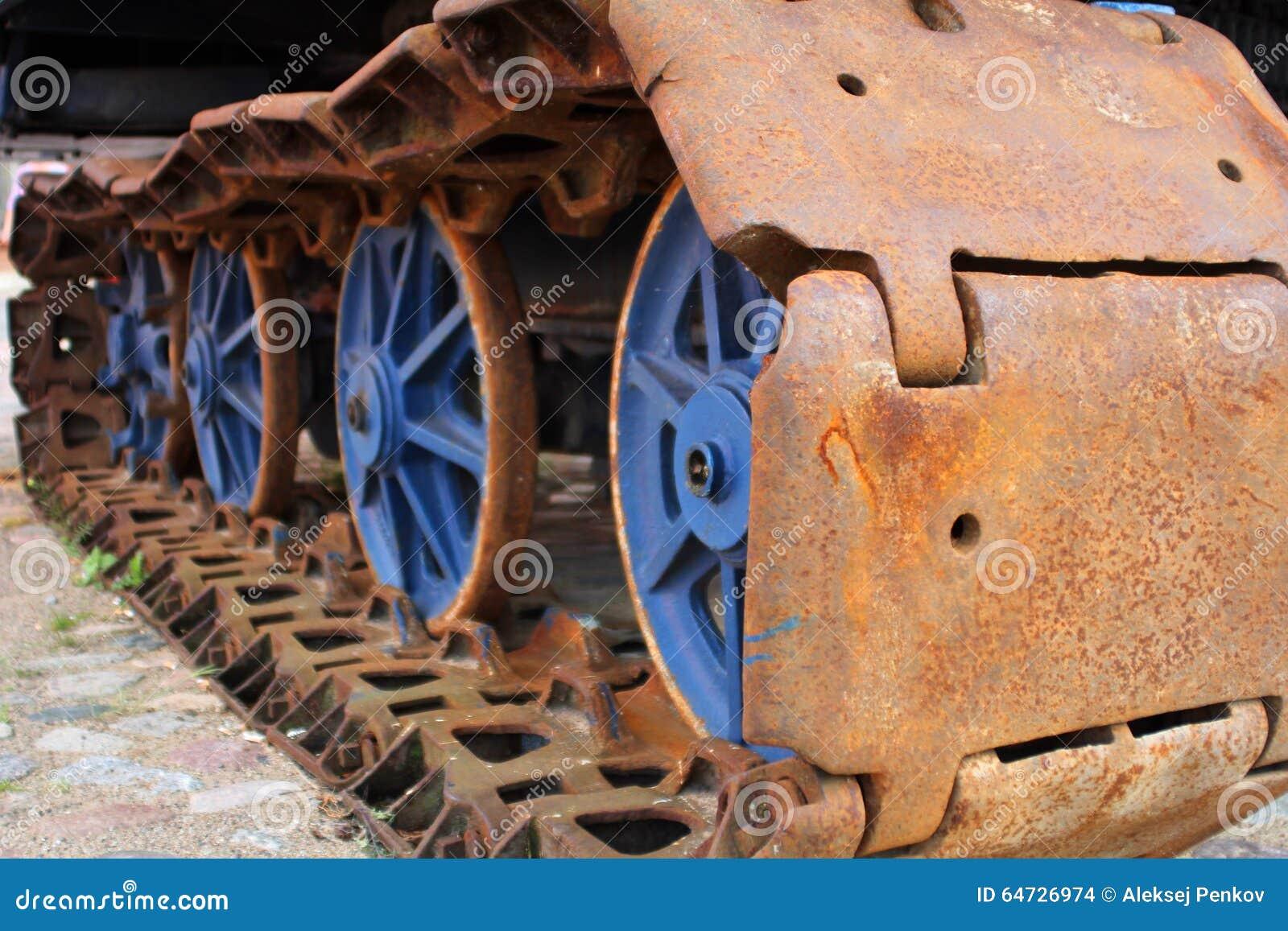 Il vecchio trattore a cingoli arrugginito