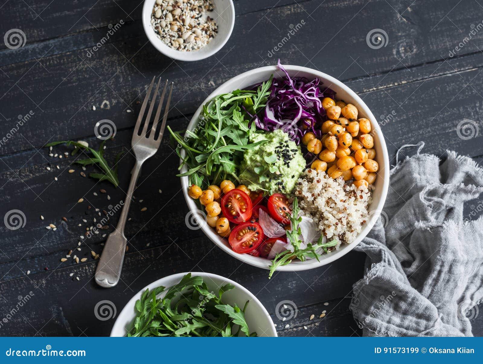 Il vegetariano di verdure Buddha del cece piccante e della quinoa lancia Concetto sano dell alimento Su una priorità bassa scura
