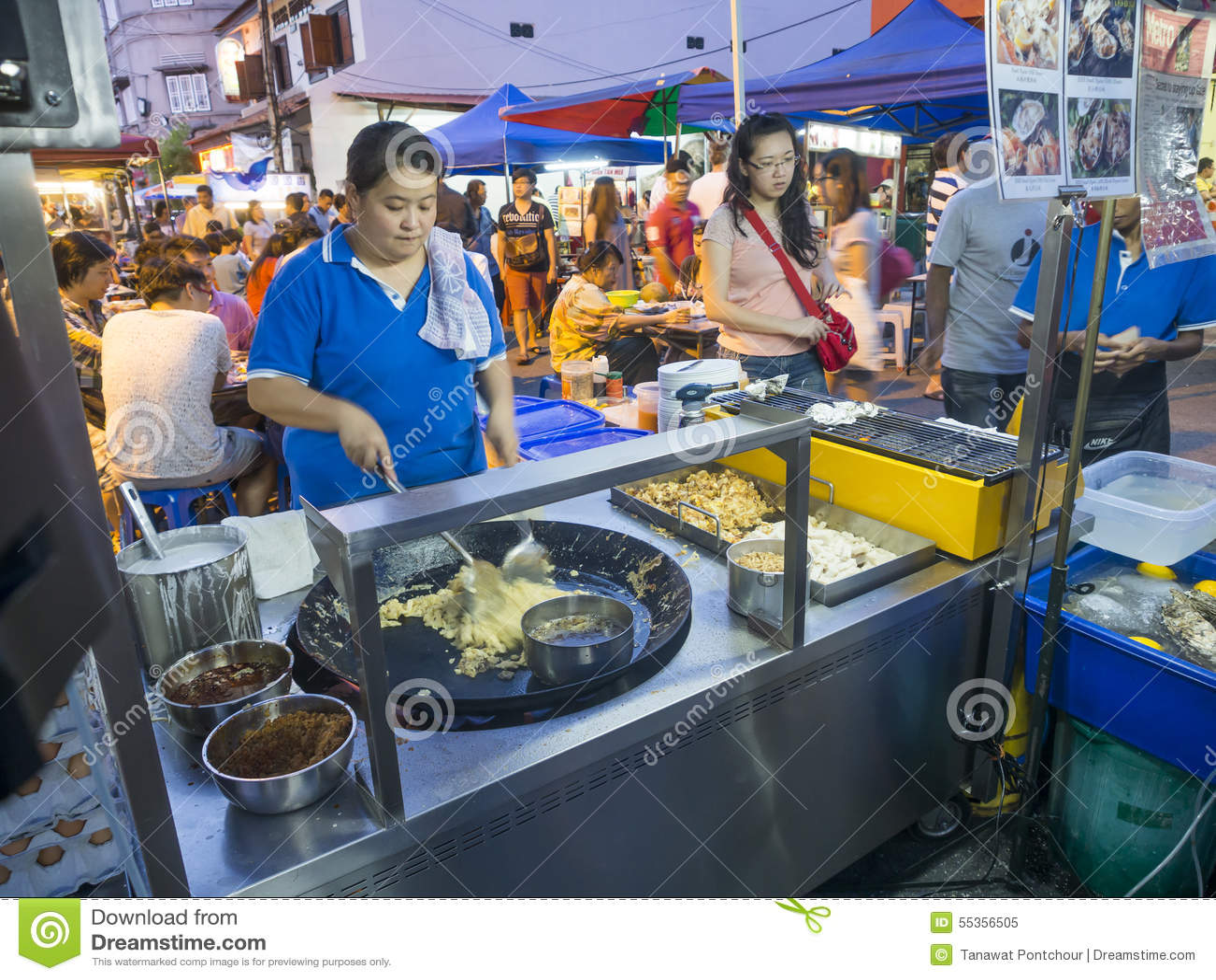 Il venditore di alimento della via che fa le scalpore ha fritto l alimento alla via di Jonker nel mA