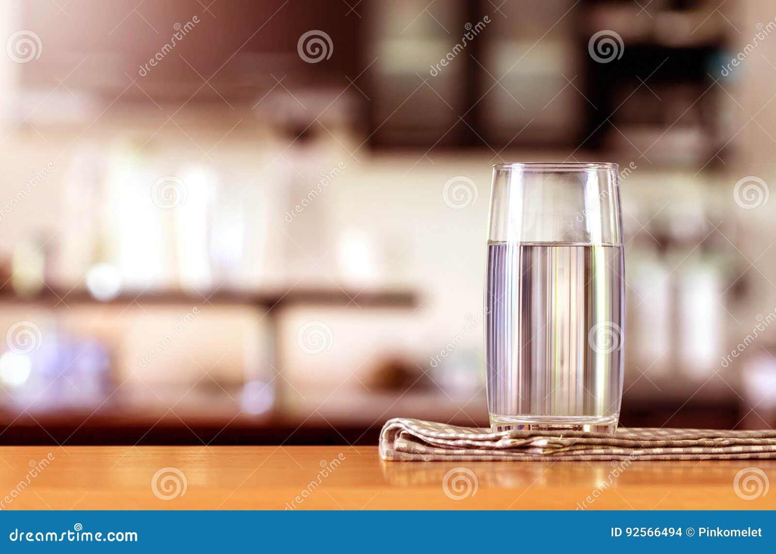 Il vetro di acqua purificata sulla barra della tavola nel kitchenroom