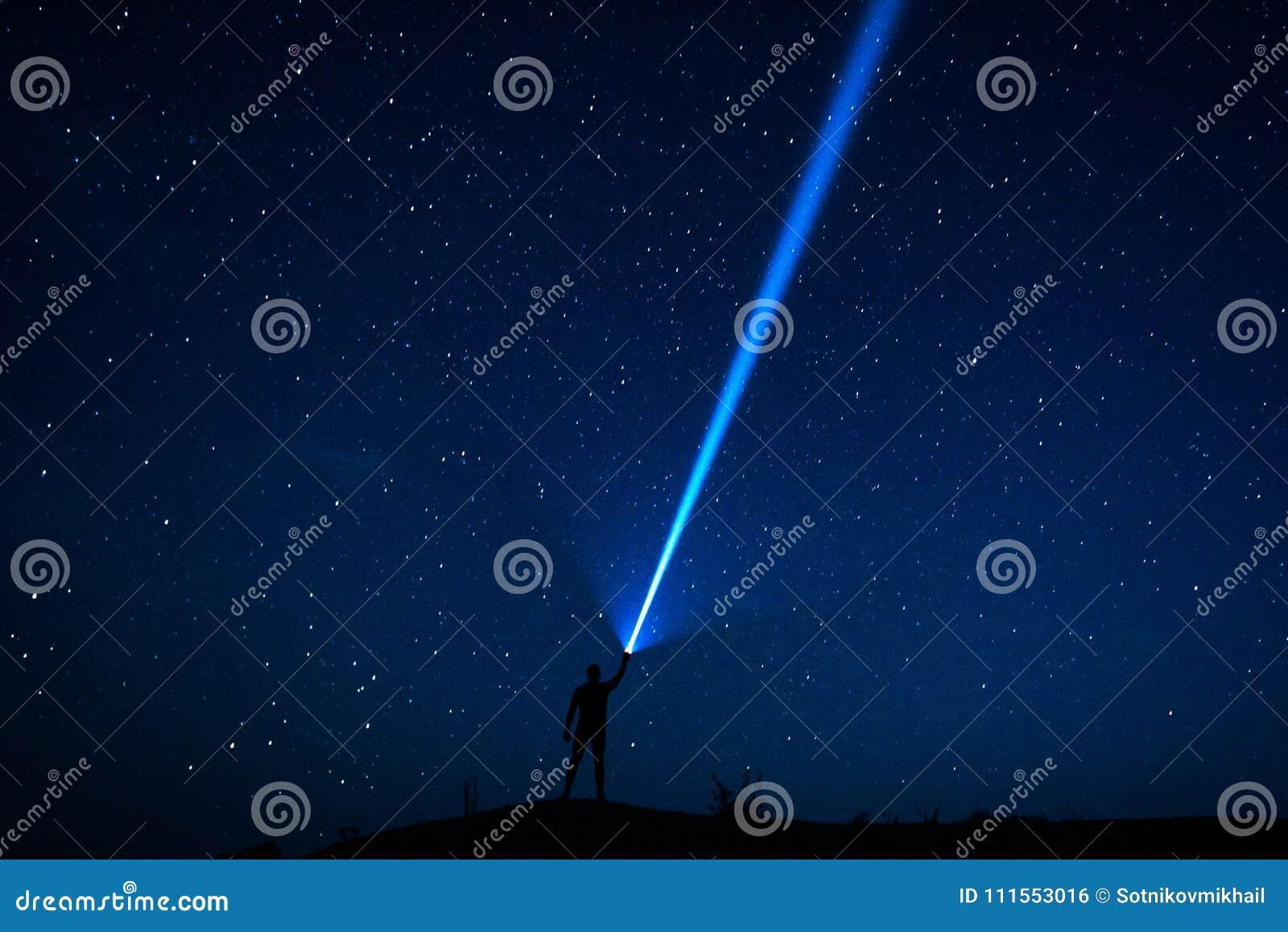 Il viaggiatore esamina il cielo stellato