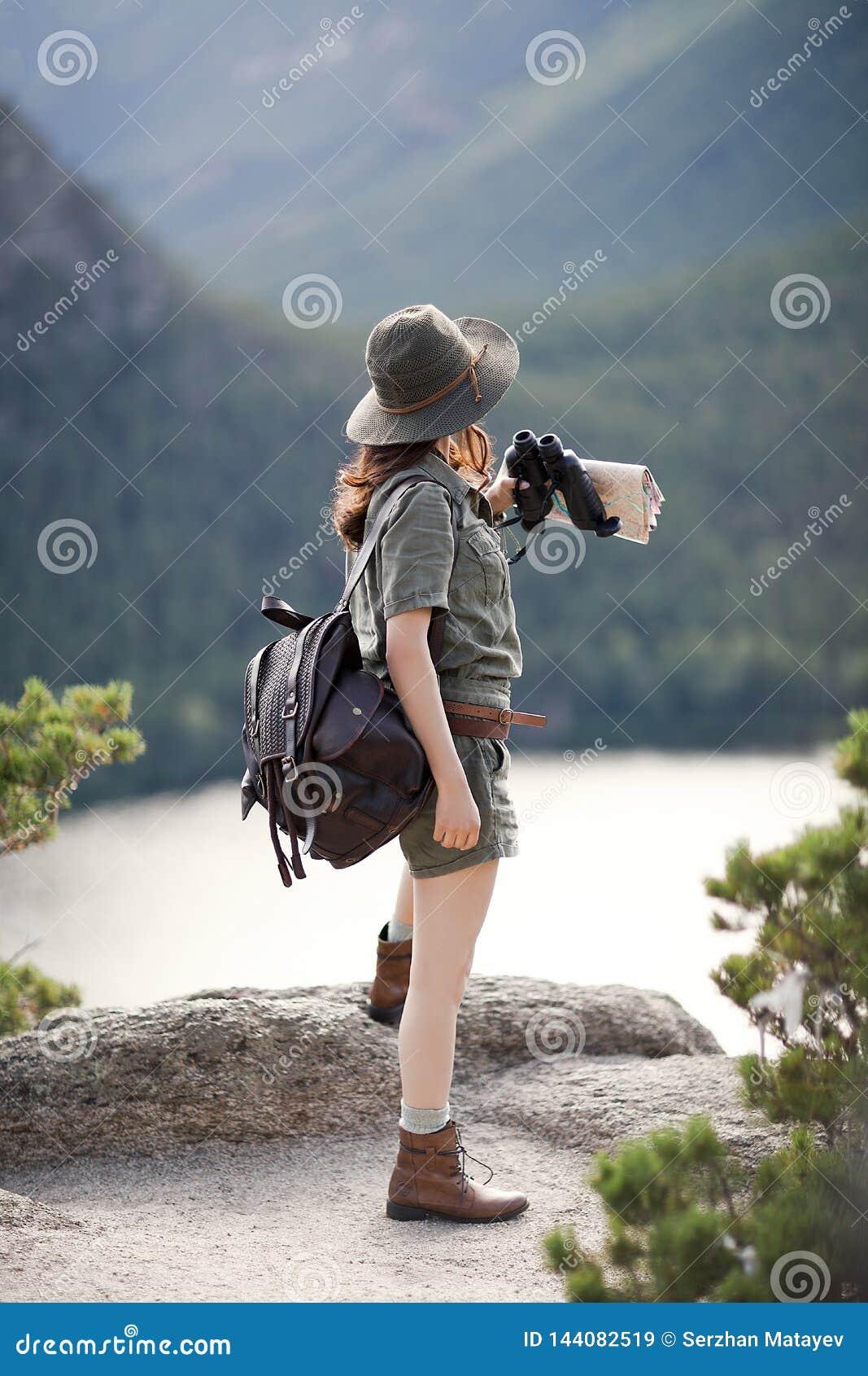 Il viaggiatore sta su una pietra
