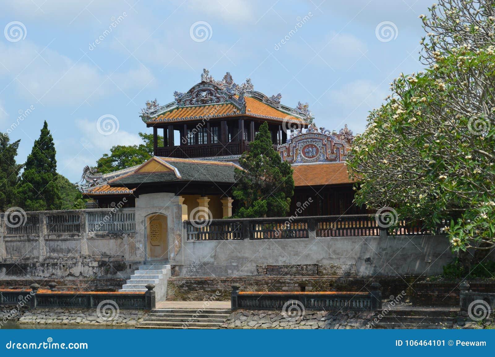 Il Vietnam - tonalità - dentro la cittadella - imperatori tailandesi del lau- del recipiente che leggono vista di stanza-side