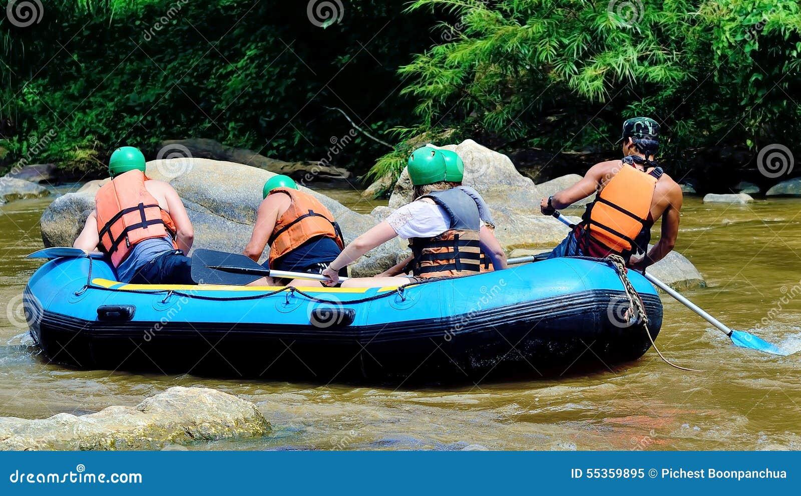 Il whitewater del viaggiatore con la barca gonfiabile a Chiang Mai, tailandese