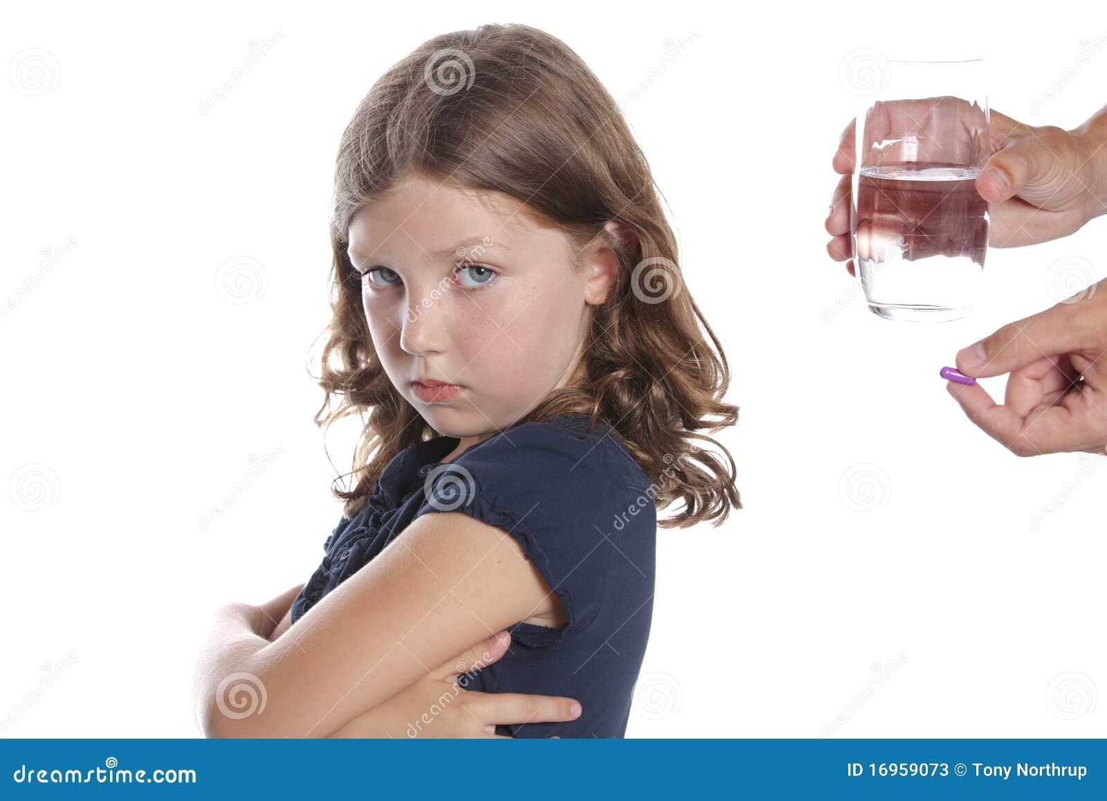 Il wWon t del bambino cattura la pillola della medicina