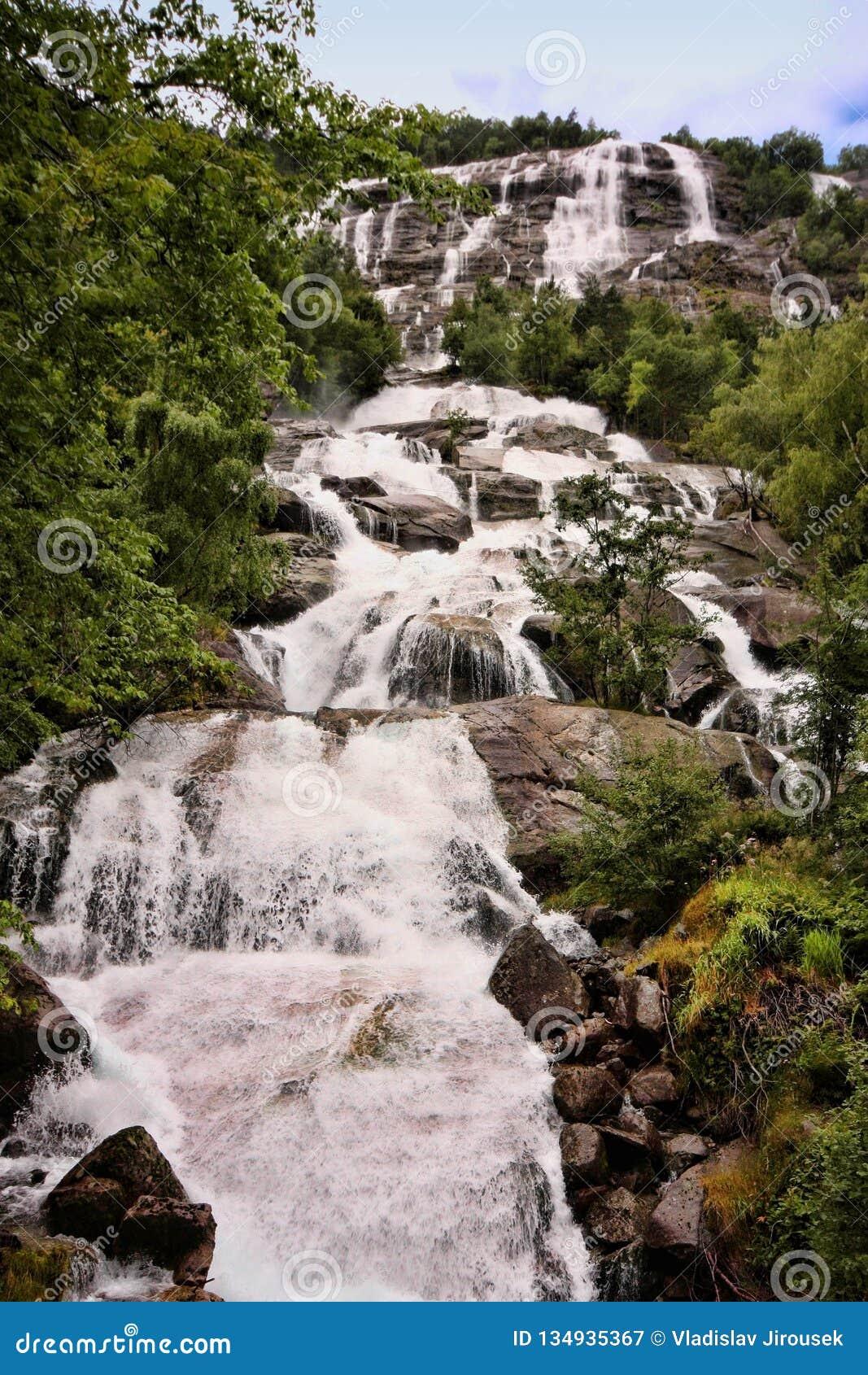 Il y a des centaines de belles cascades en Scandinavie