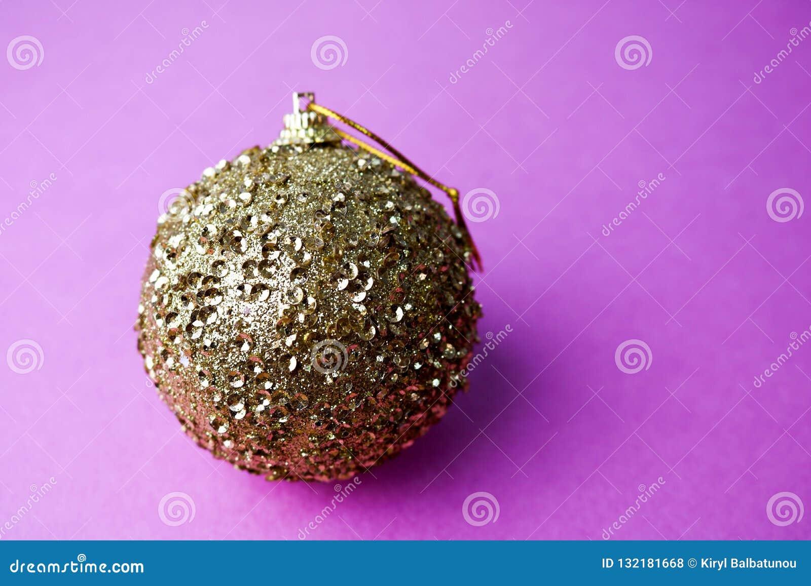 Ilar den plast- vintern för guld- gult litet runt exponeringsglas den skinande dekorativa härliga festliga julbollen för xmas, ju