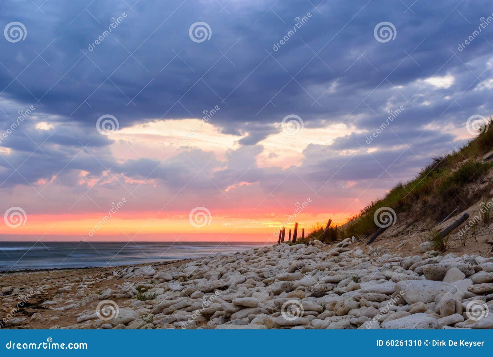 Ile d Oleron,在海滩的日落在法国