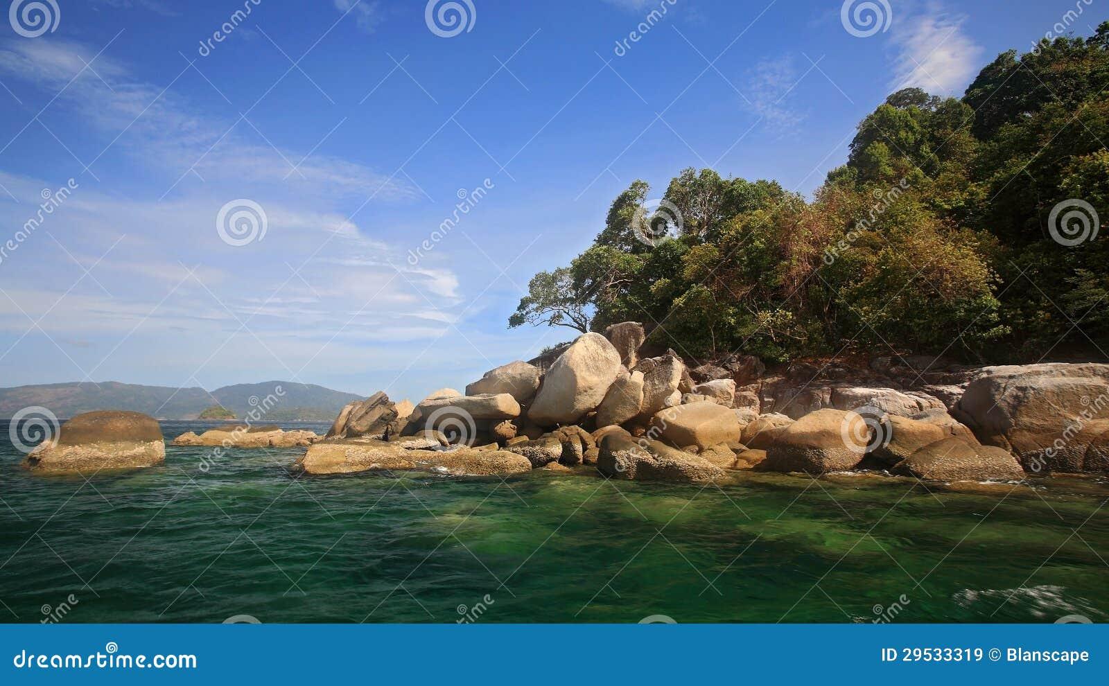 Ilha bonita contra o céu azul perto de Ko Lipe