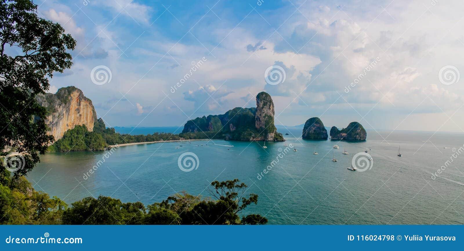 Ilha da pedra calcária na baía de Krabi Ao Nang, Tailândia