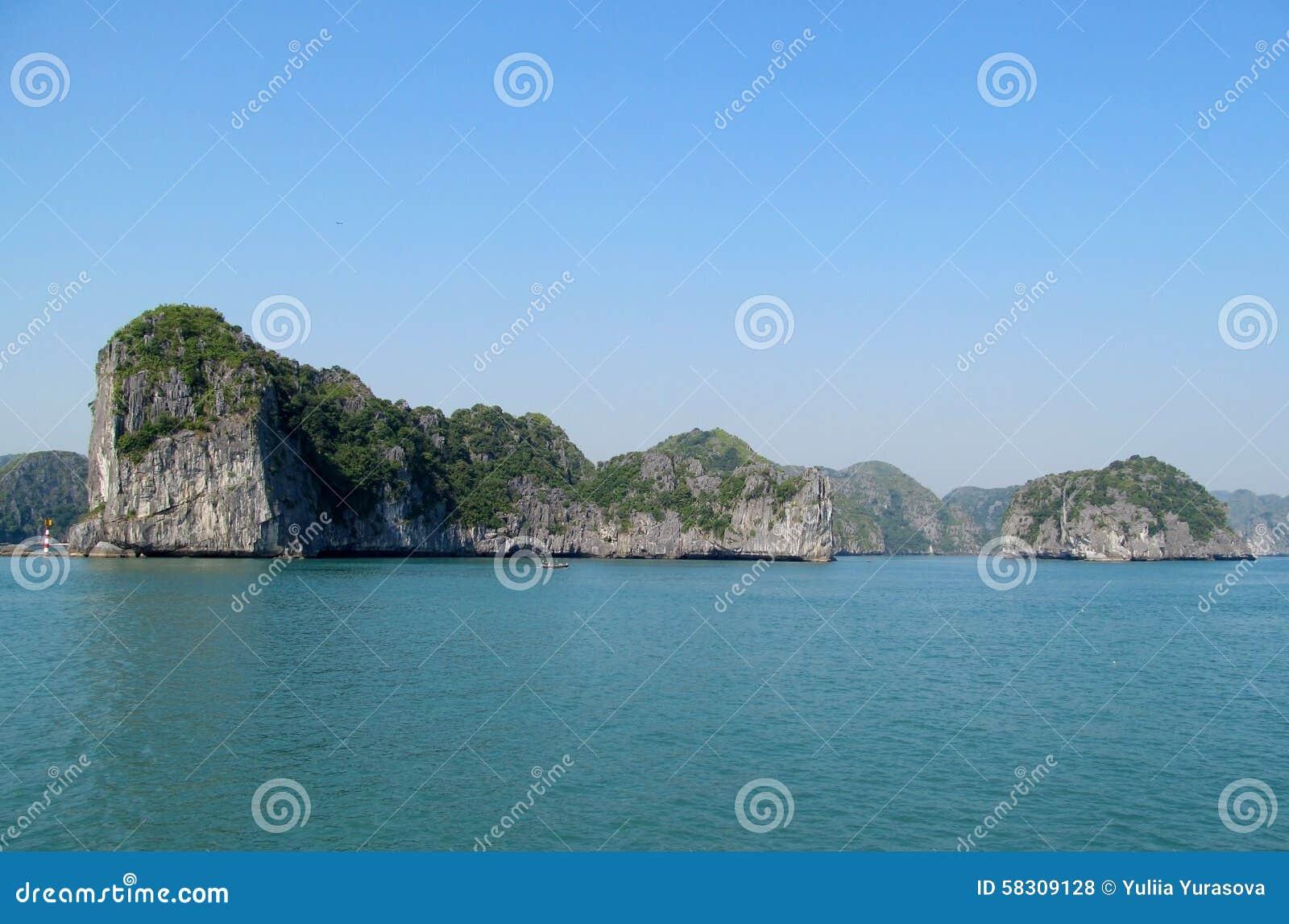 Ilha da pedra calcária na baía do mar