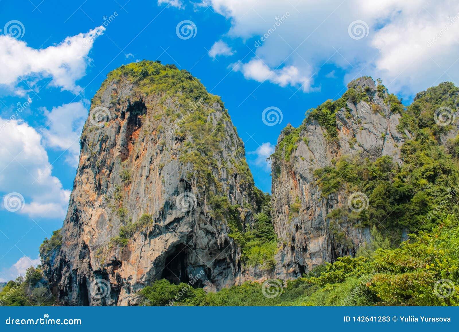 Ilha da rocha da pedra calcária no mar de Andaman Tailândia