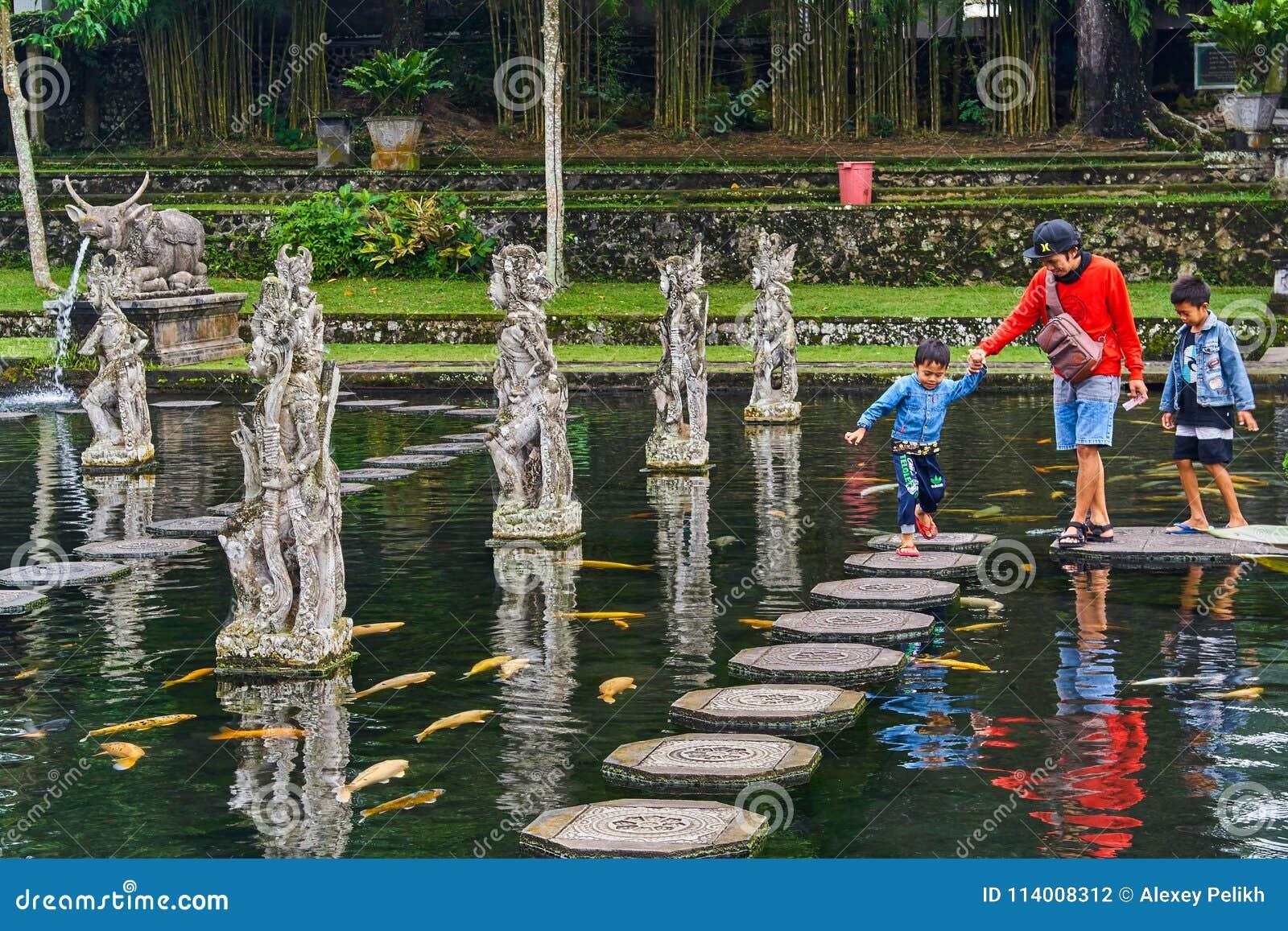 ILHA DE BALI, INDONÉSIA - 17 DE DEZEMBRO DE 2017: A família é i de passeio