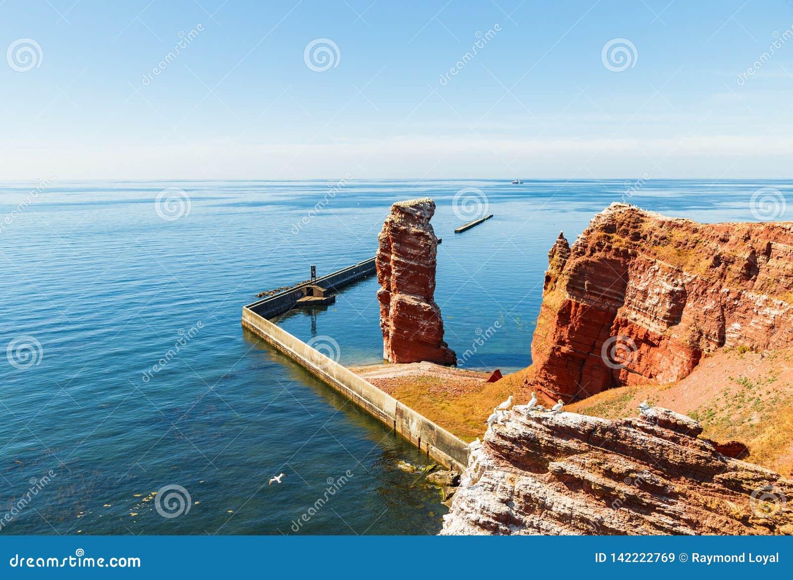 A ilha de Helgoland na luz do dia completa em agosto