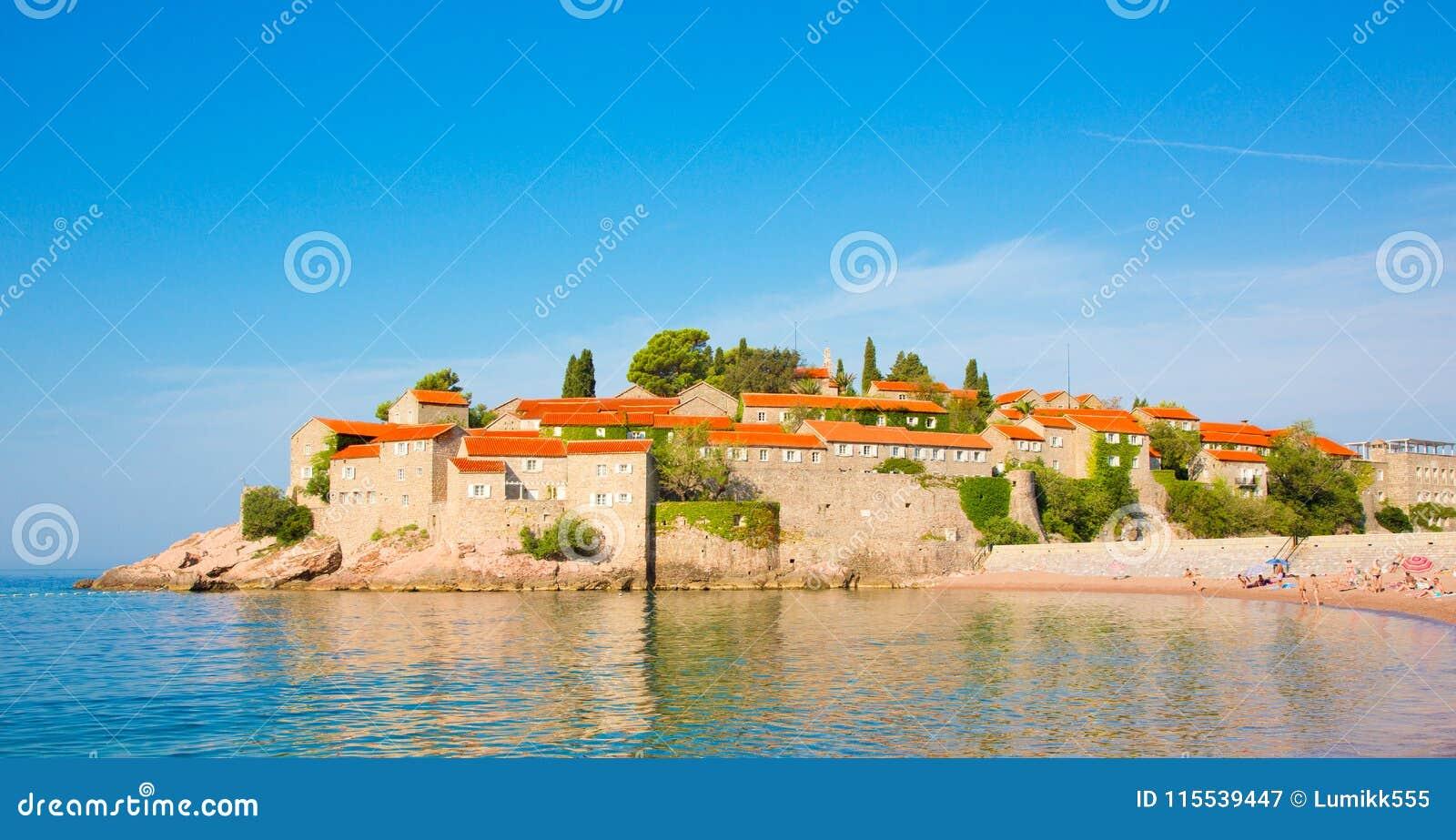 Ilha de Sveti Stefan em Budva Riviera em Montenegro