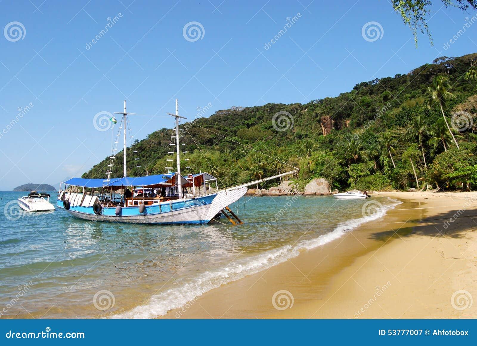 Ilha Grande: Zeilboot bij kustlijn dichtbij Praia-Sprongen Mendes, Rio de Janeiro-staat, Brazilië