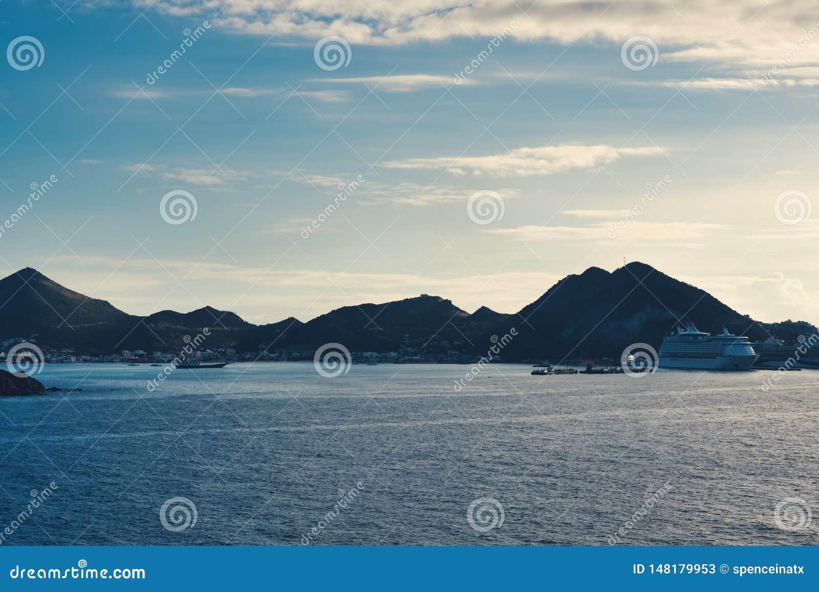 Ilhas vistas do navio no mar