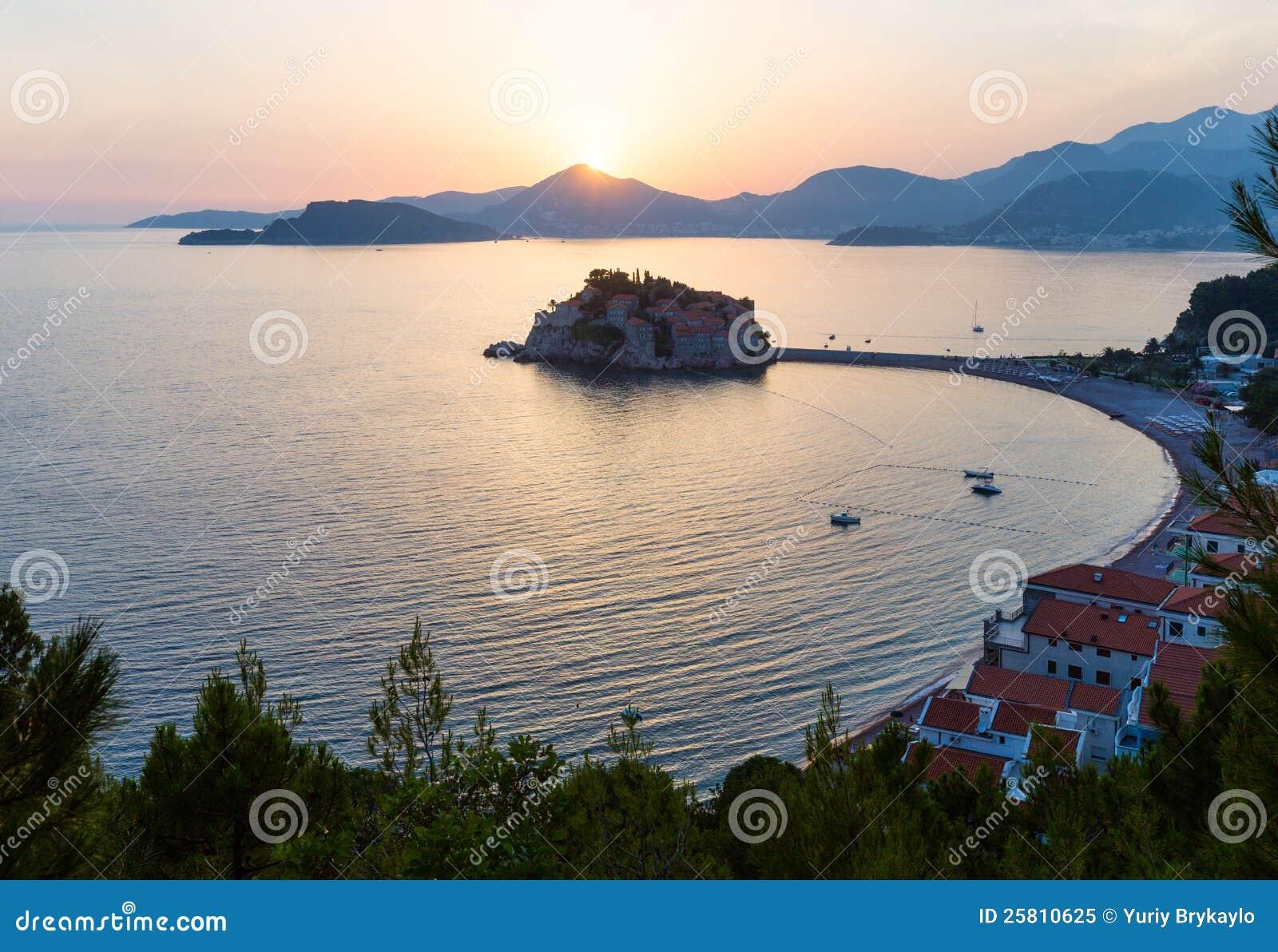 Ilhota do mar do por do sol e do Sveti Stefan (Montenegro)