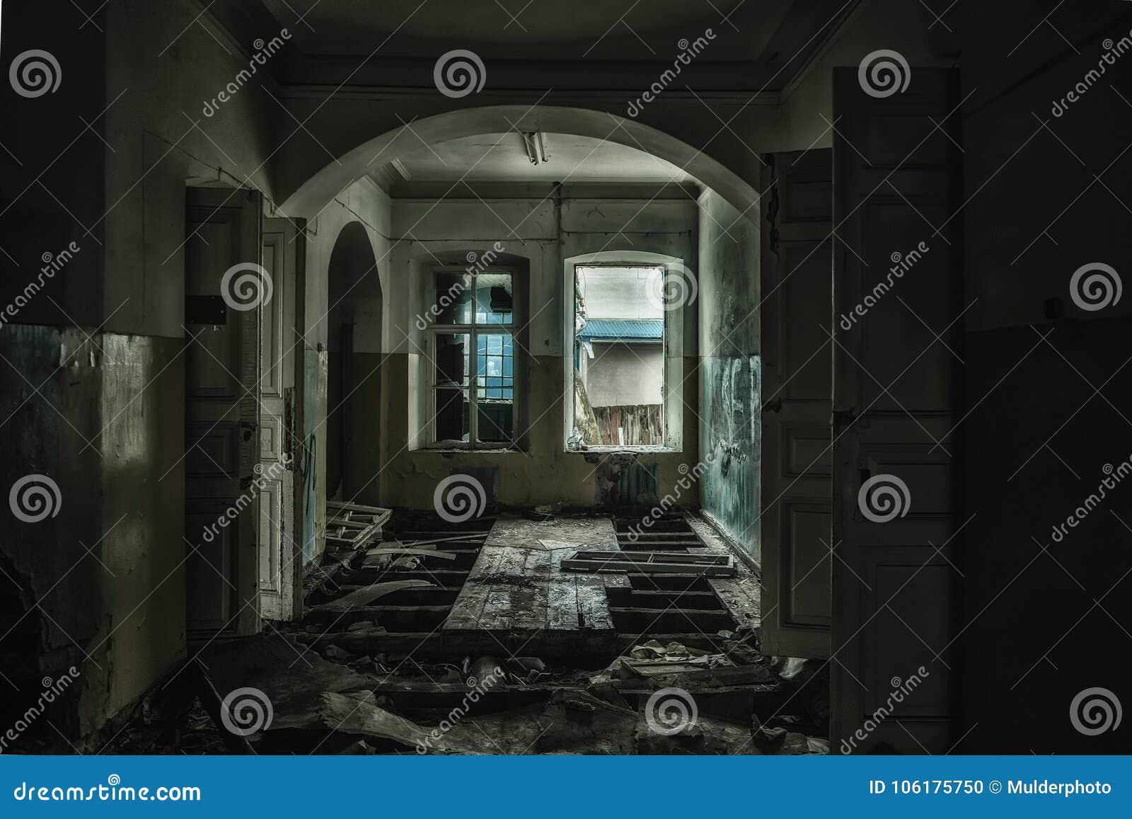 Illavarslande och kuslig inre av det övergav och ruttna sjukhuset