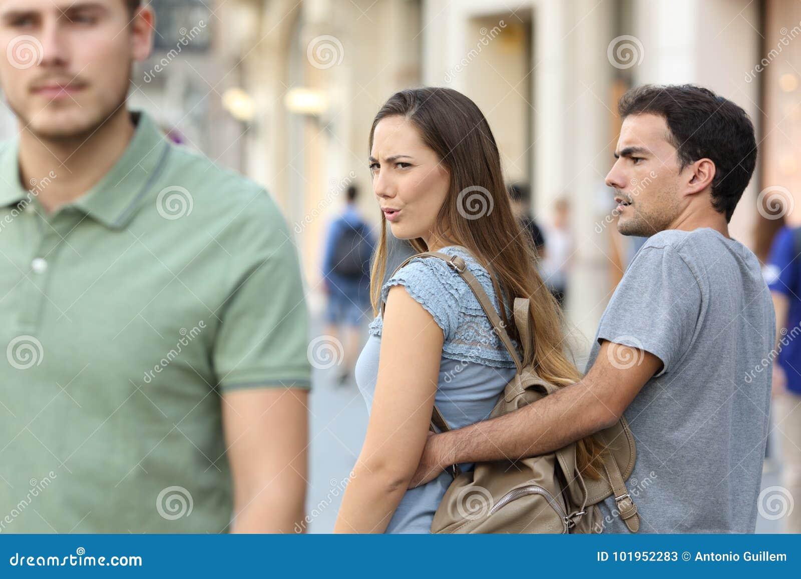 Illojal kvinna som ser en annan man och hennes ilskna pojkvän