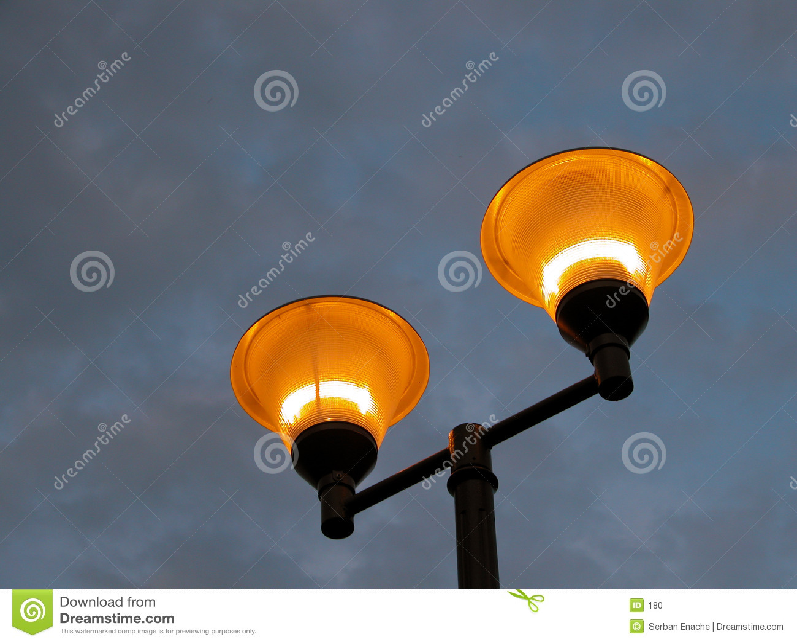Illuminating Pol gegen einen stürmischen Himmel