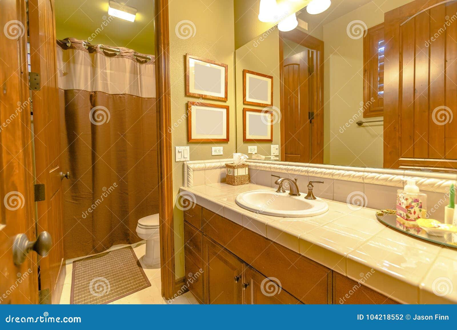 Illuminazione calda del bagno nella casa di california con la vista