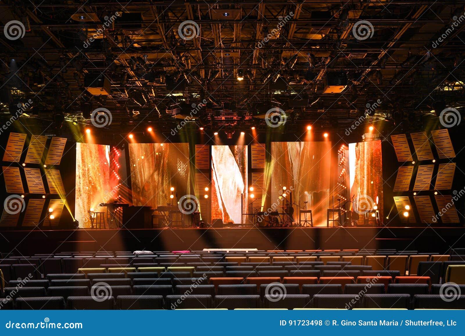 Illuminazione della fase con gli strumenti musicali fotografia stock