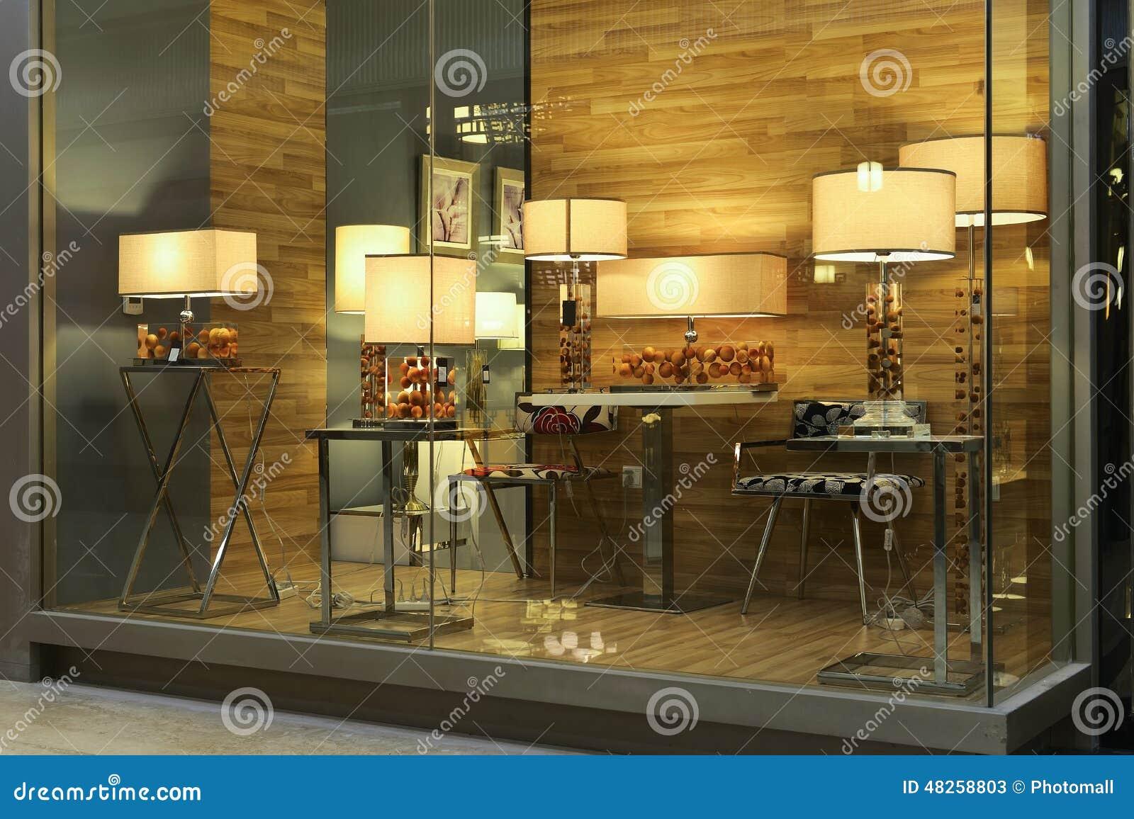 Illuminazione di lusso dello scrittorio nella finestra del negozio