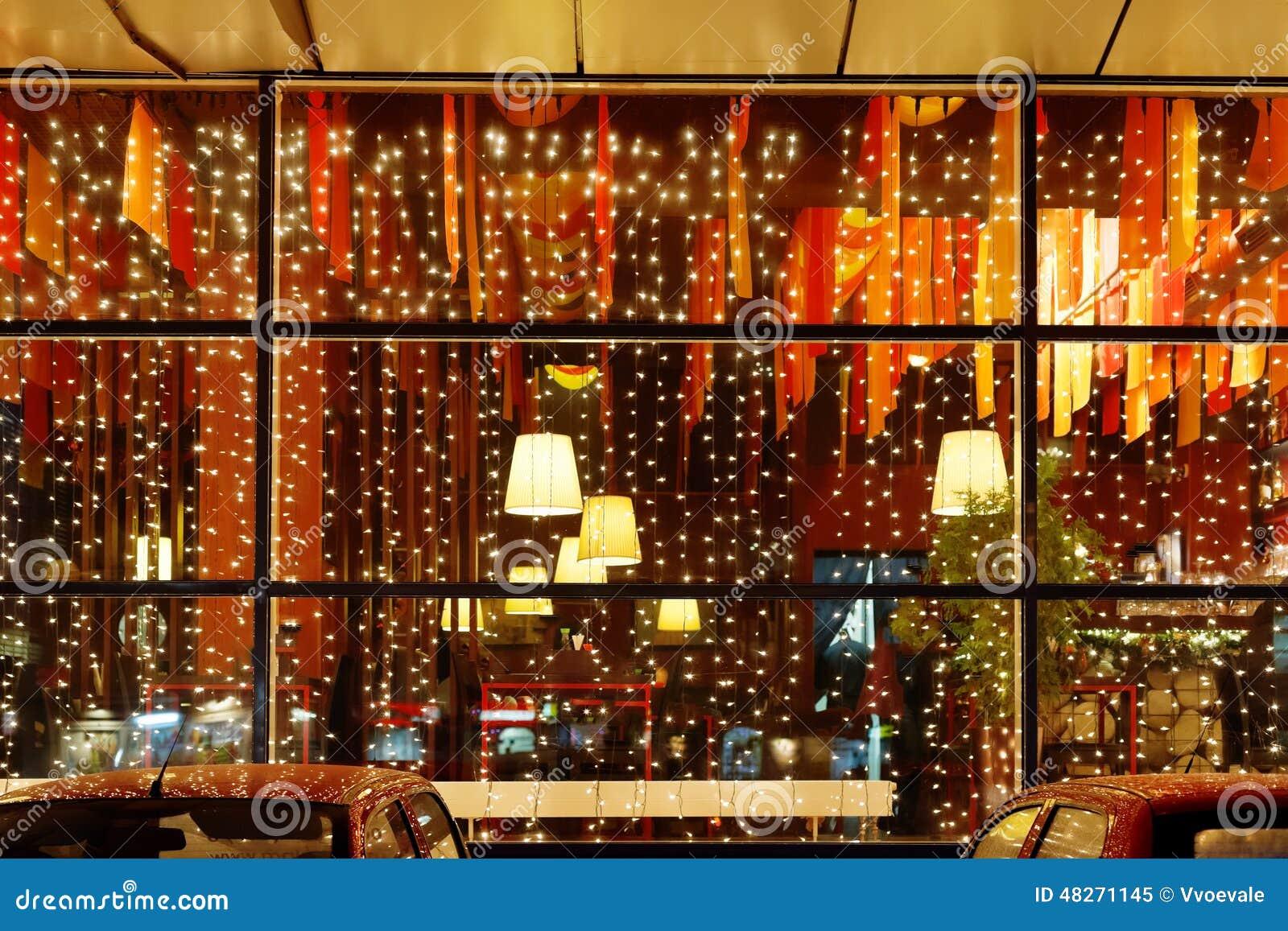 Illuminazione di natale della finestra del ristorante immagine