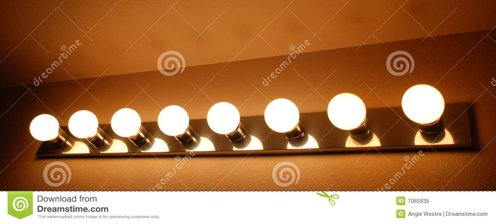 Illuminazione di vanit della stanza da bagno fotografia for Grande disposizione della stanza