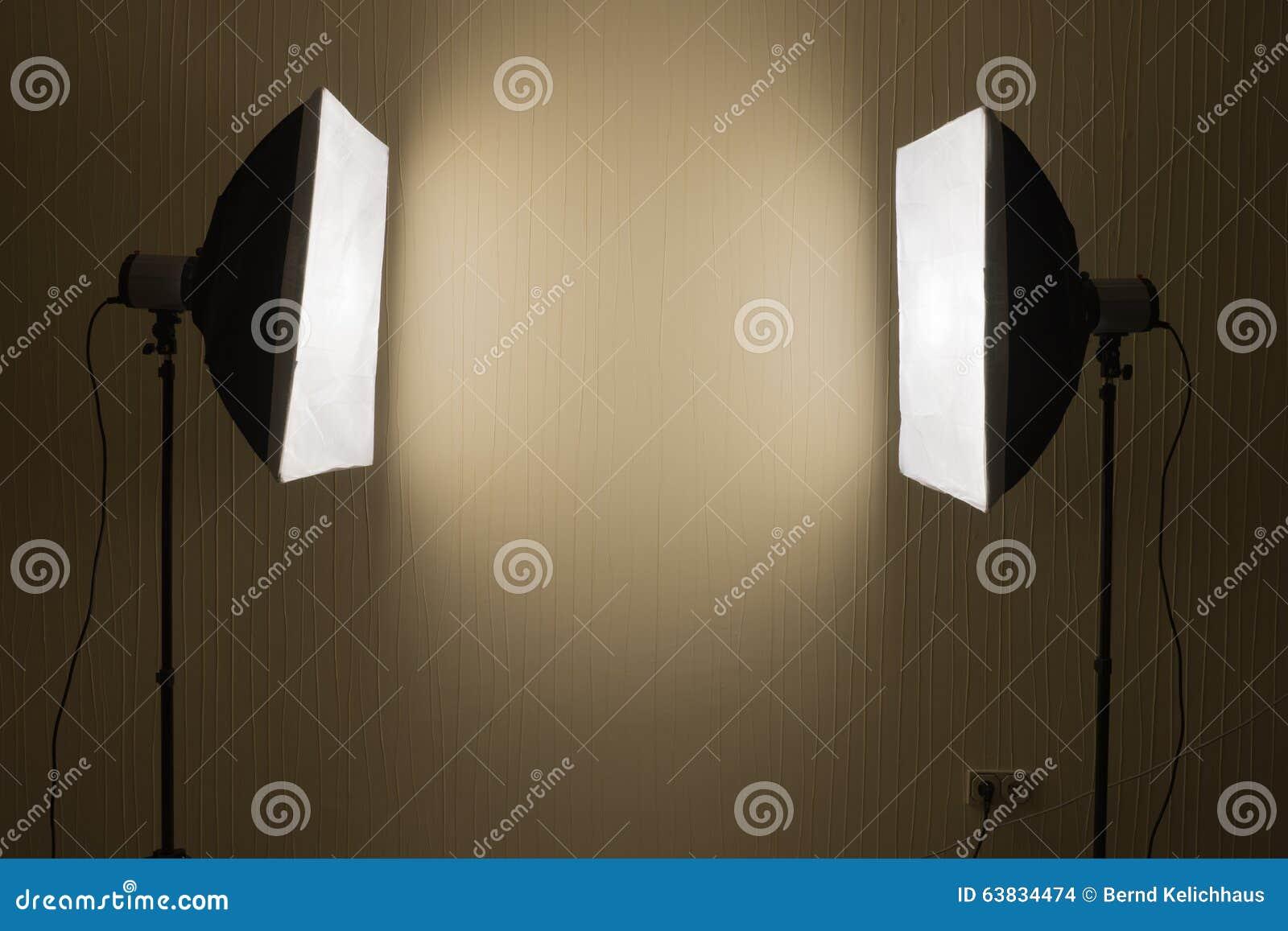 Illuminazione fotografica due luci dello studio con le scatole