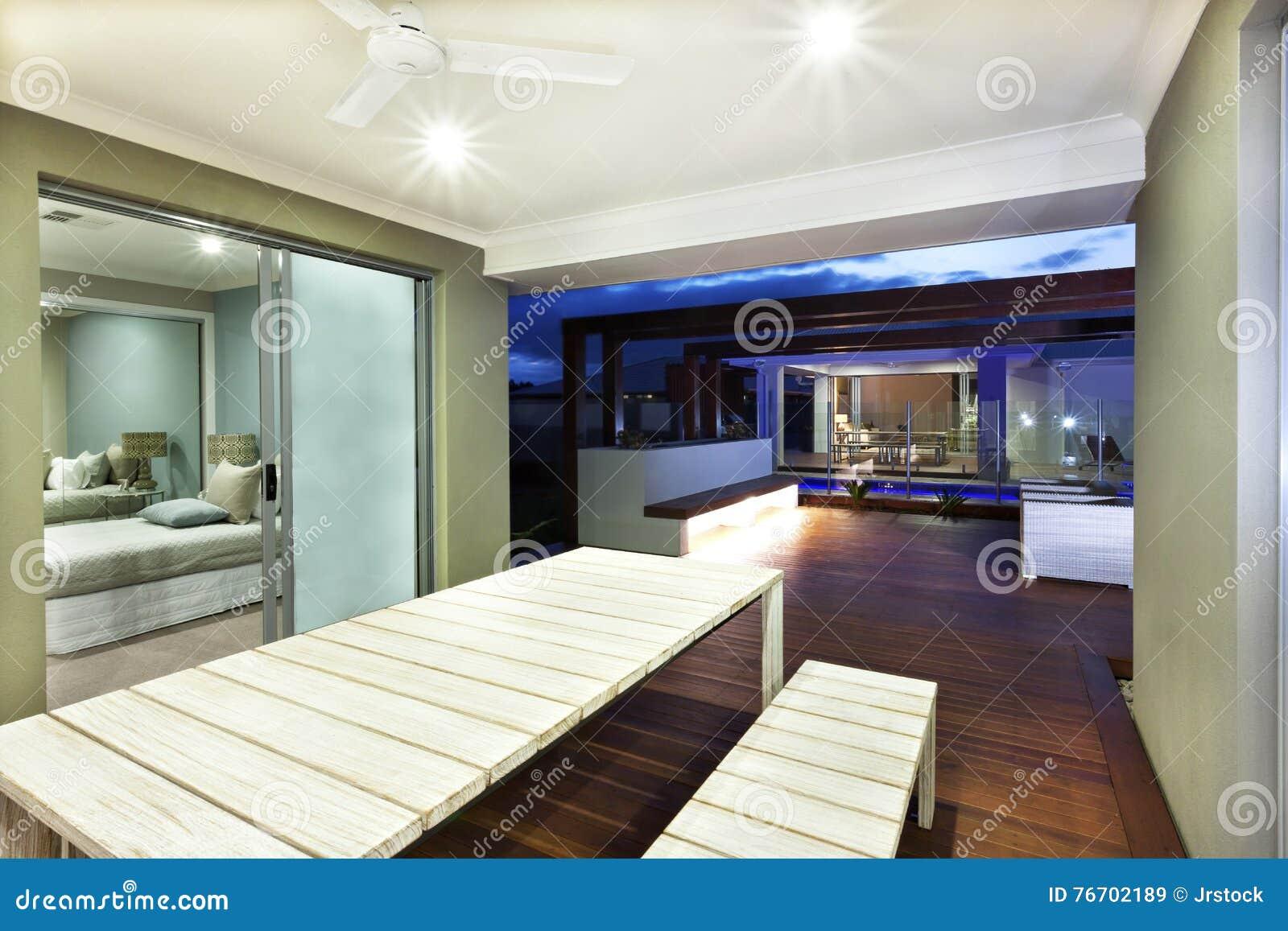Illuminazione interna di una casa con area del patio alla notte