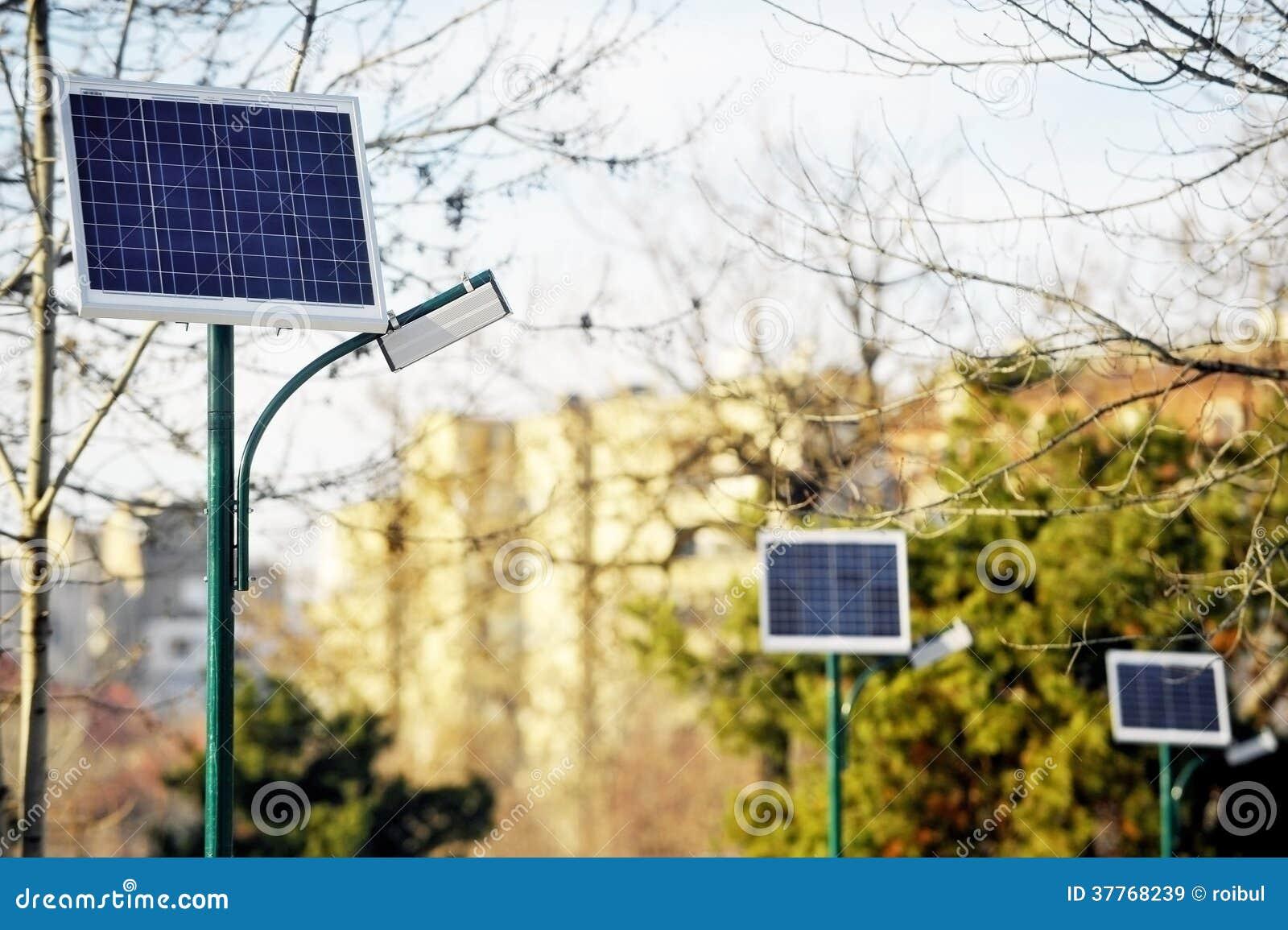 Illuminazione pubblica fotovoltaica in un parco immagine stock