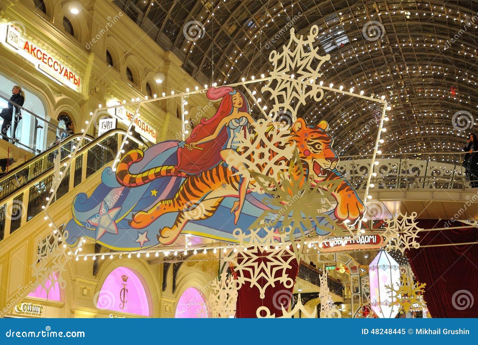 Illuminazioni E Decorazioni Di Natale Nell'ambito Di Un Soffitto ...