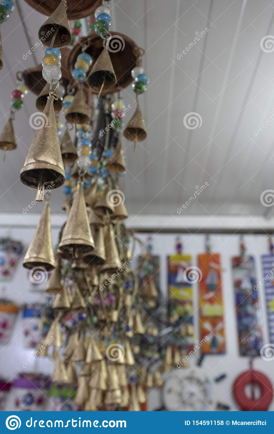 Illustration et ornements décoratifs de coeur dans la couleur d or Le fond a de petites cloches Pris à l intérieur du magasin