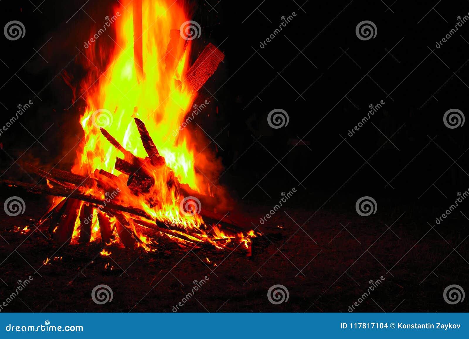 Illustration för bakgrundsbrasadark Härlig brand flammar med kopieringsutrymme på svart Brinnande trä på natten Lägereld på det t
