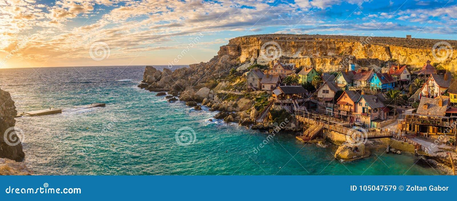 IlMellieha,马耳他-著名Popeye村庄的全景地平线视图船锚海湾的在日落