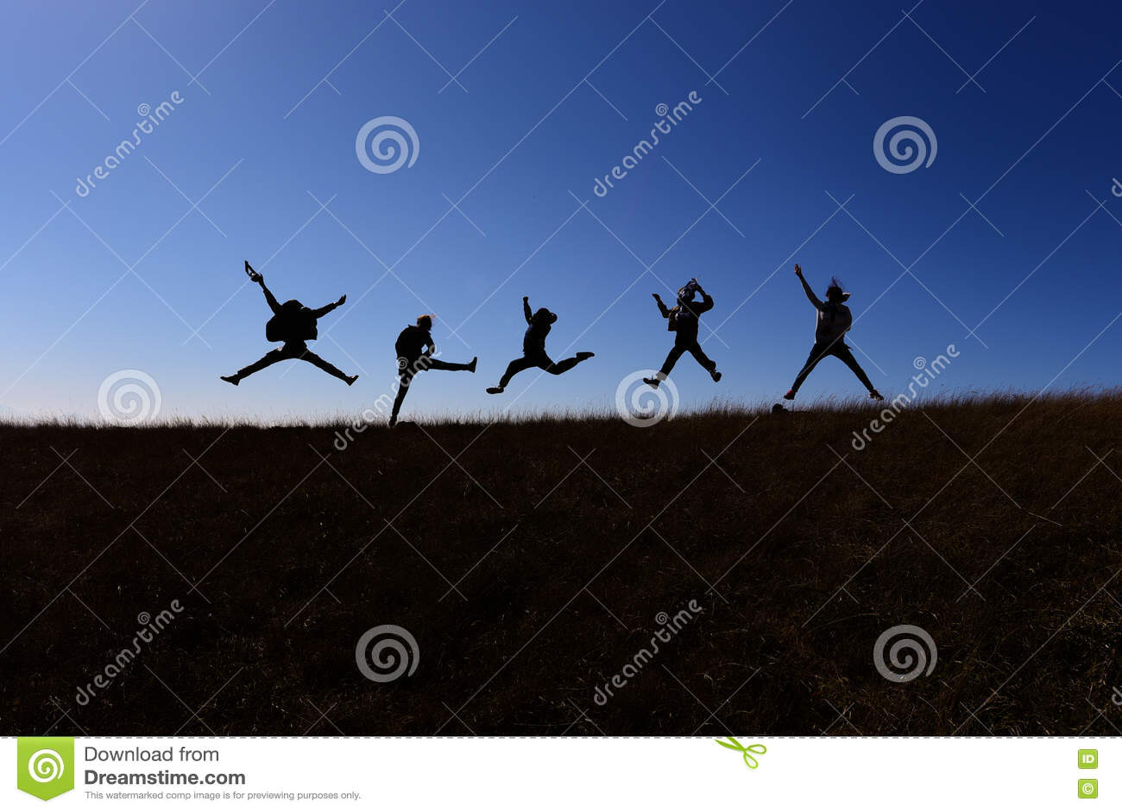 Ils sautent tout en marchant sur une colline