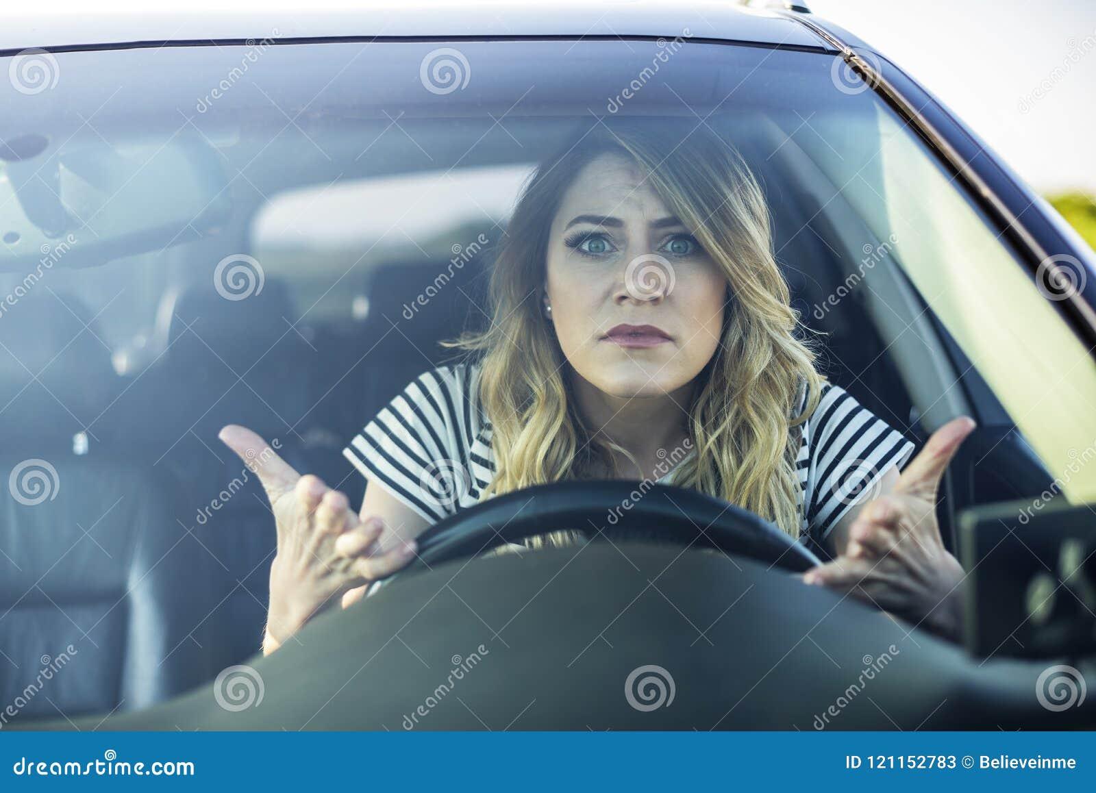 Ilsken kvinna som kör en bil