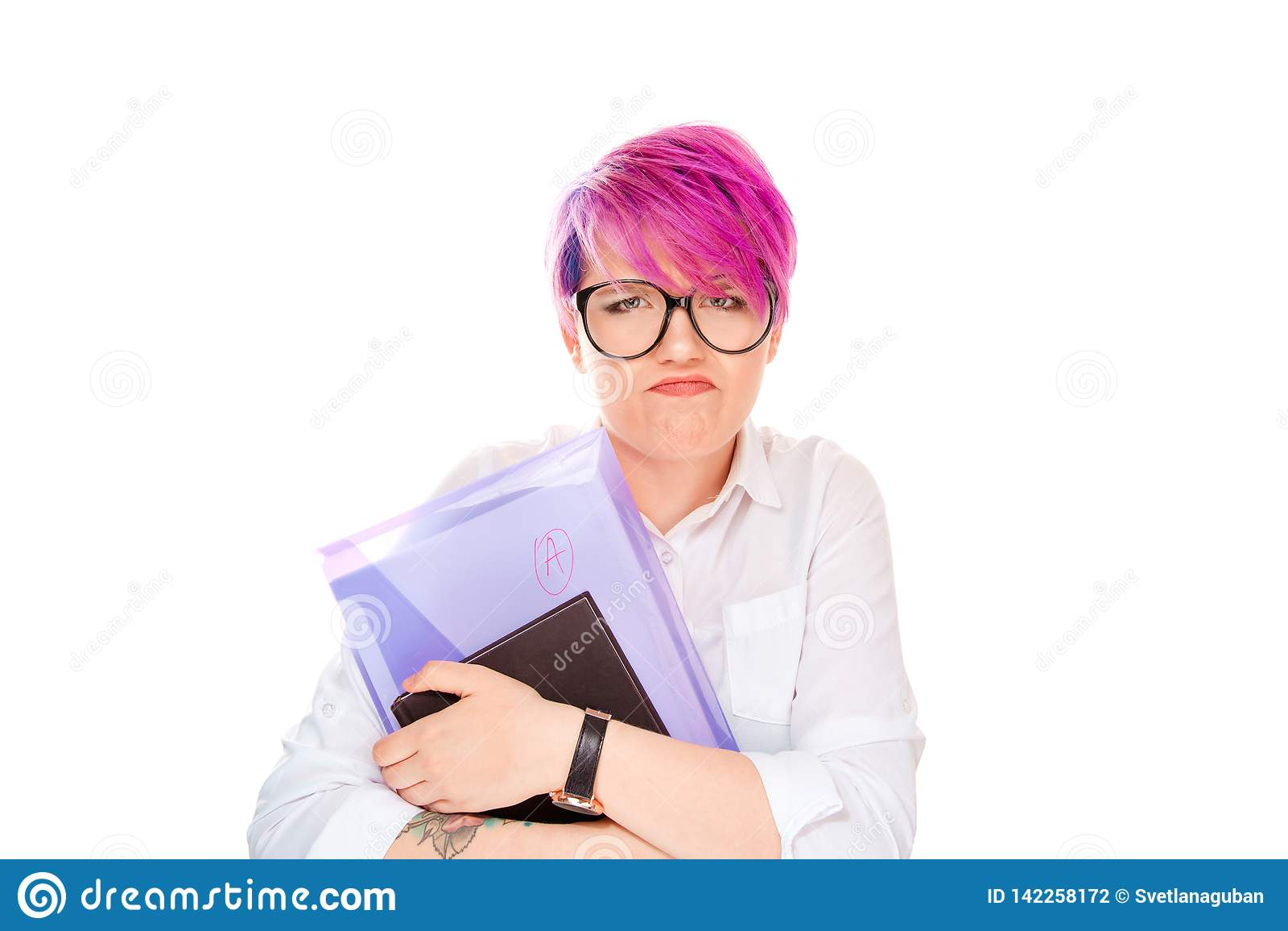 Ilsken kvinna som rymmer bokmappen med en anmärkning på vit