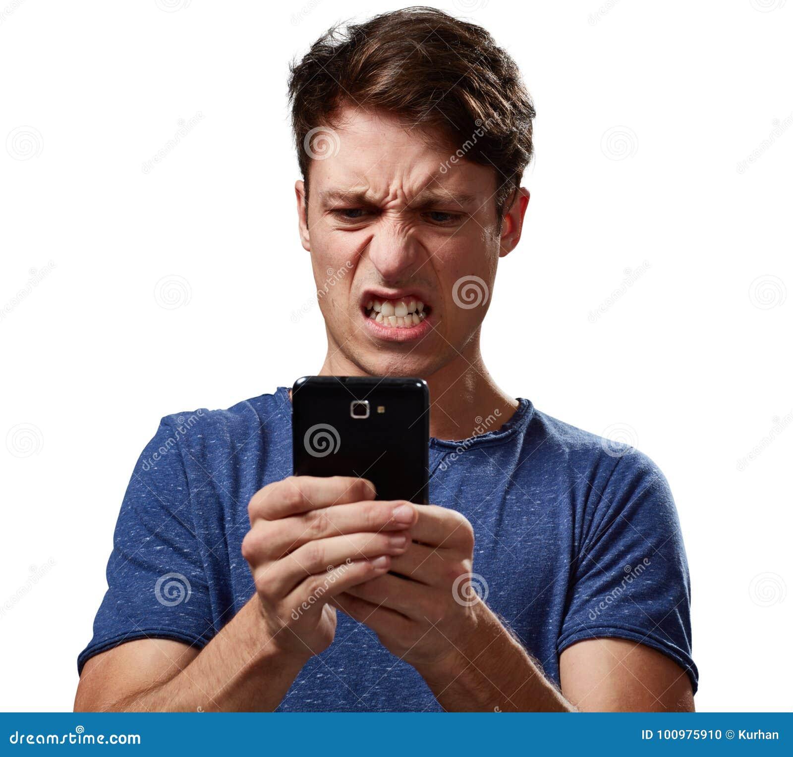 Ilsken man med smartphonen