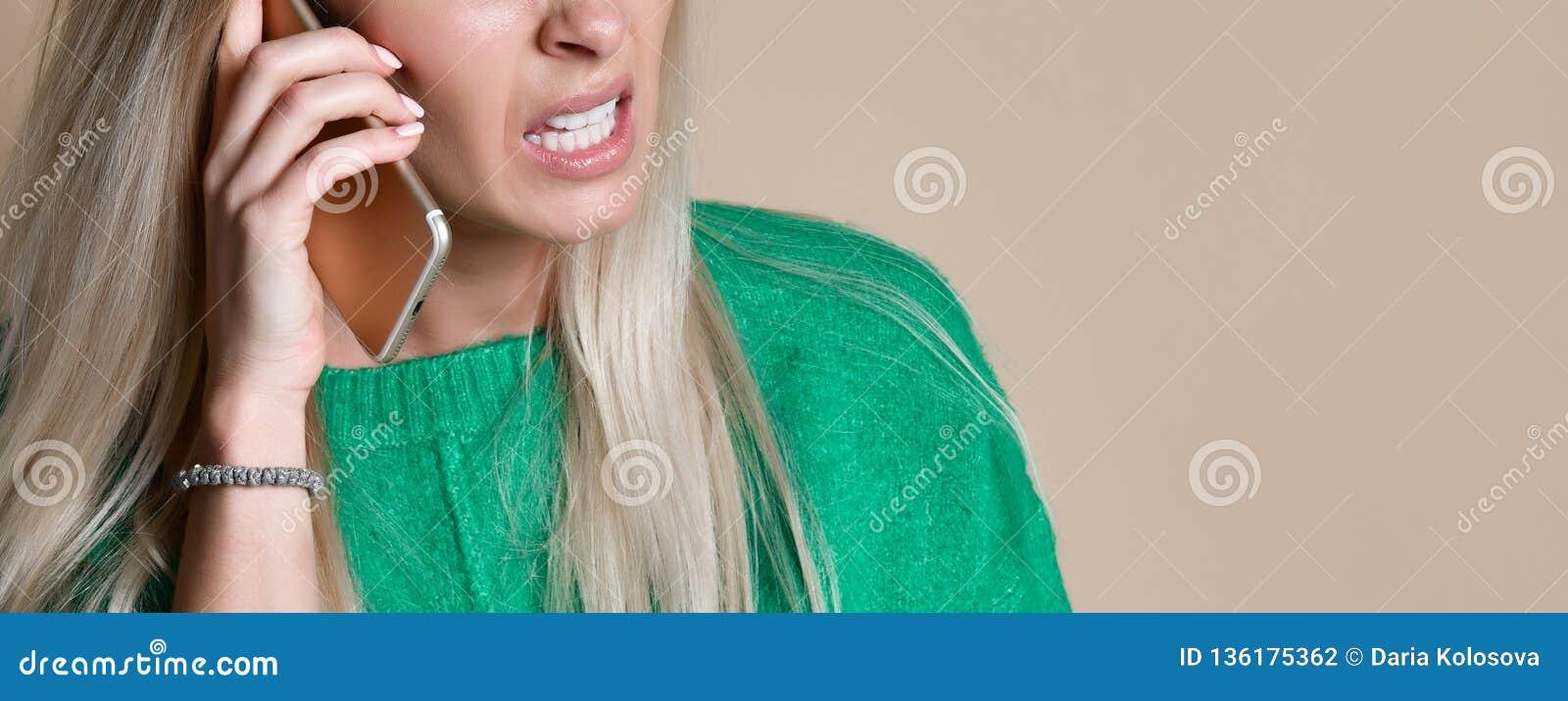 Ilsken ung kvinna som argumenterar samtal på telefonen