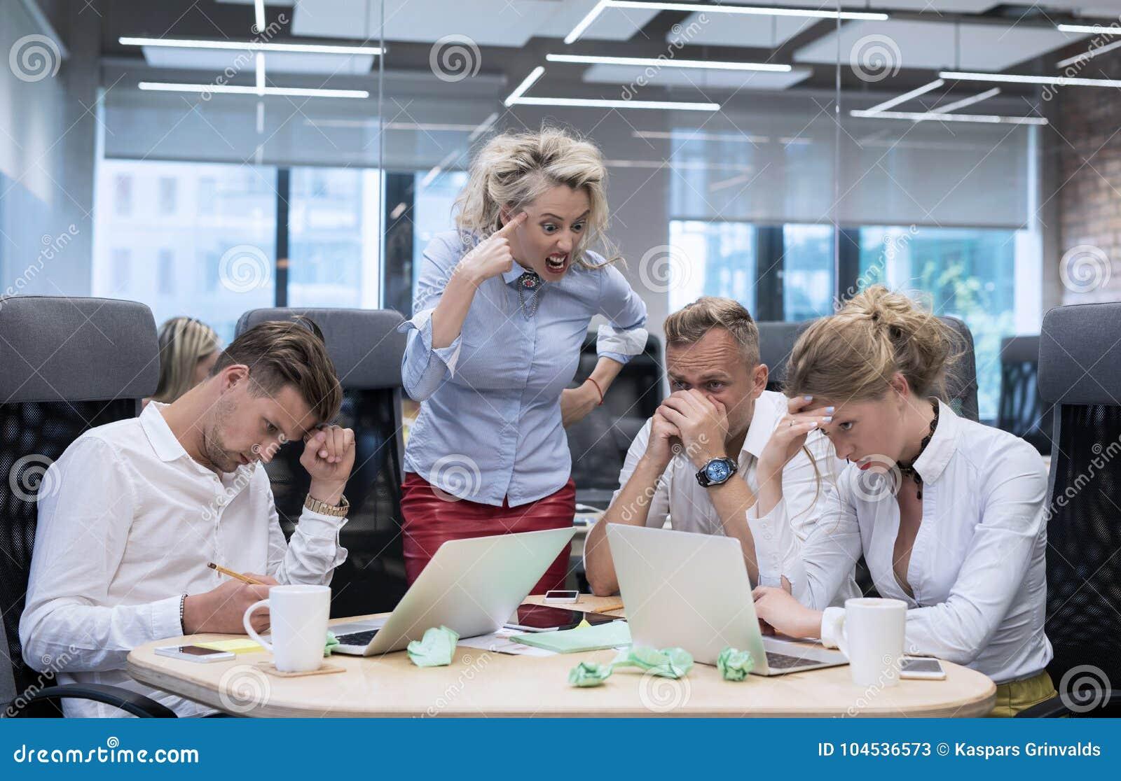 Ilsket framstickande som ropar på anställda