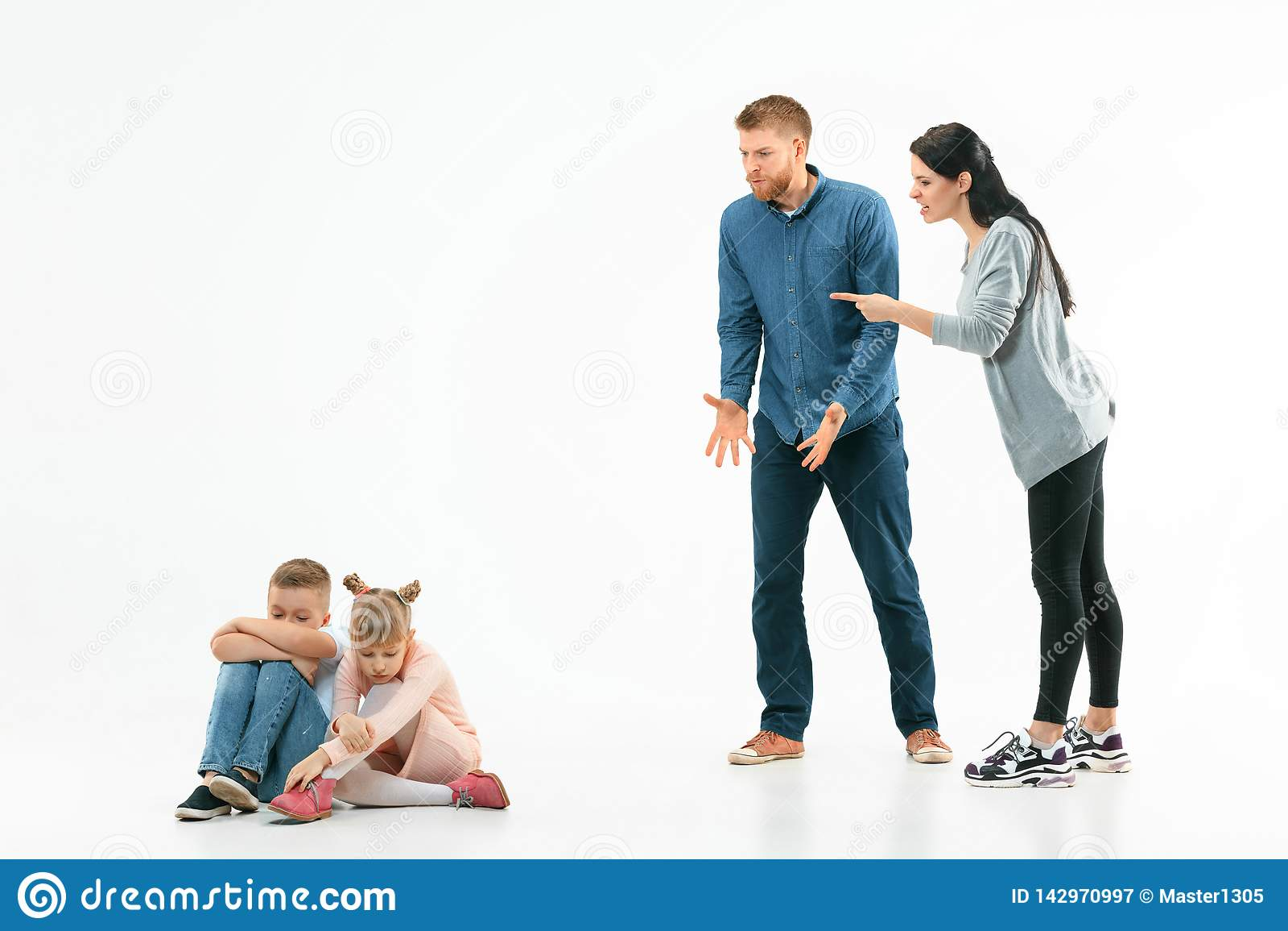 Ilskna föräldrar som hemma grälar på deras barn