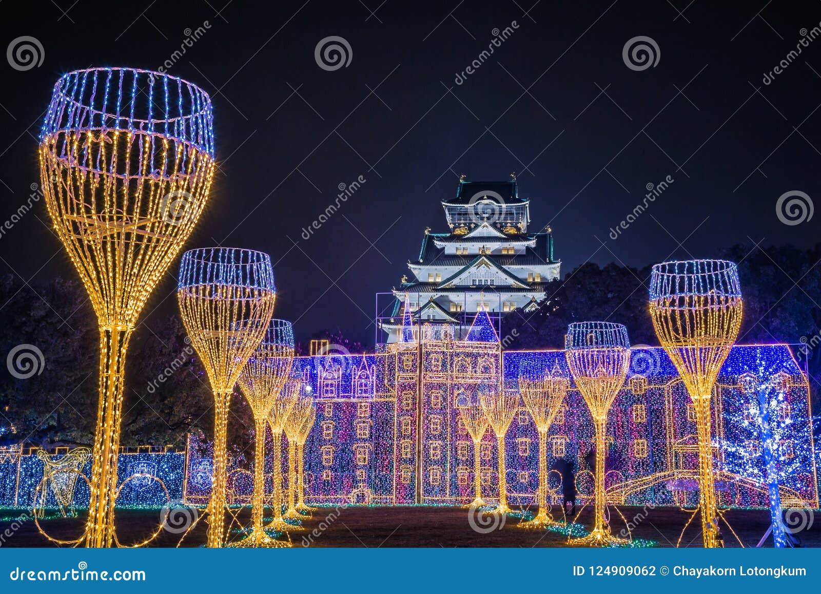 Iluminação da noite de Osaka Castle a grande mostra clara em osaka